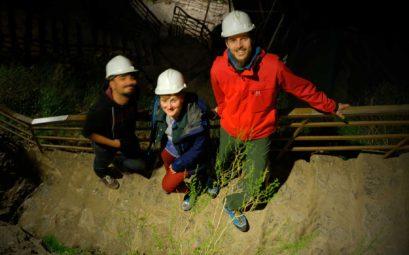 Sicherheit geht vor! Mit Schutzhelm bekleidet erkunden wir die Höhle.