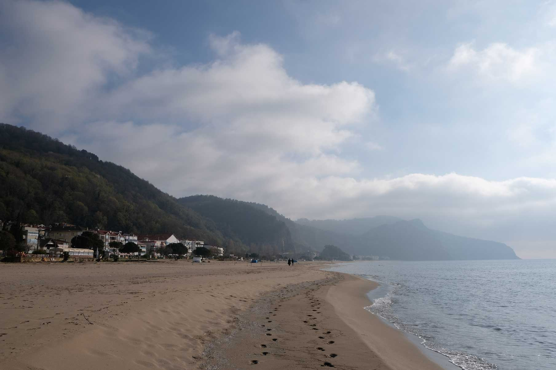 Blick auf den schönen Strand Inkums, den wir für uns alleine haben, da die Touristensaison noch nicht begonnen hat