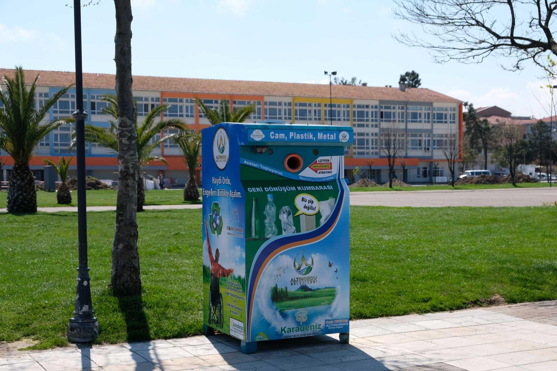 Ein Recycling-Container am Wegesrand. Eine gute Initiative, die jedoch in der Türkei leider noch eine Ausnahme ist.