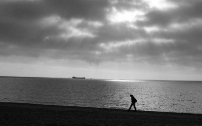 Ein kurzer Strandspaziergang bei grauem Wetter - mal ein fauler Tag ist klasse!