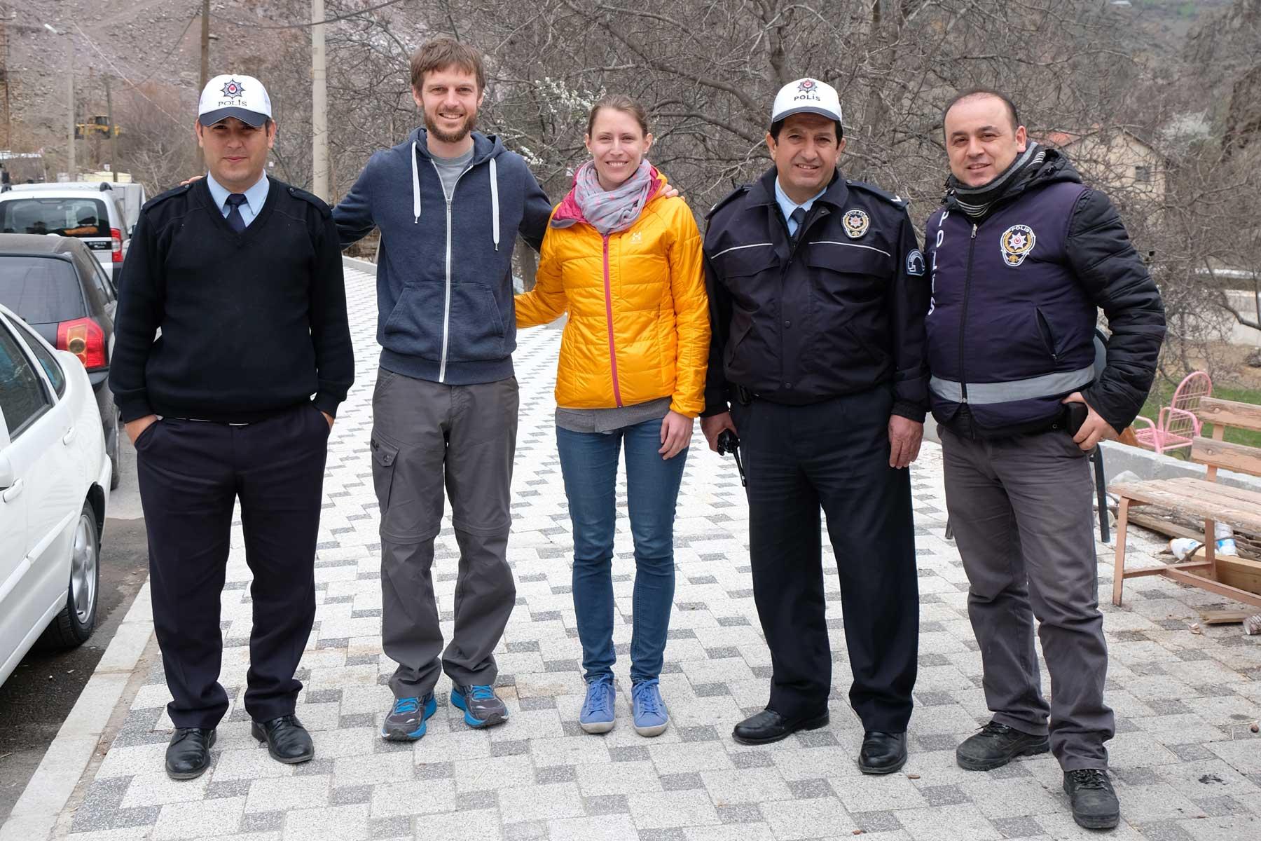 Abschiedsfoto mit einigen der netten türkischen Polizisten, die uns bei der Straßenkontrolle spontan auf einen Tee einluden.