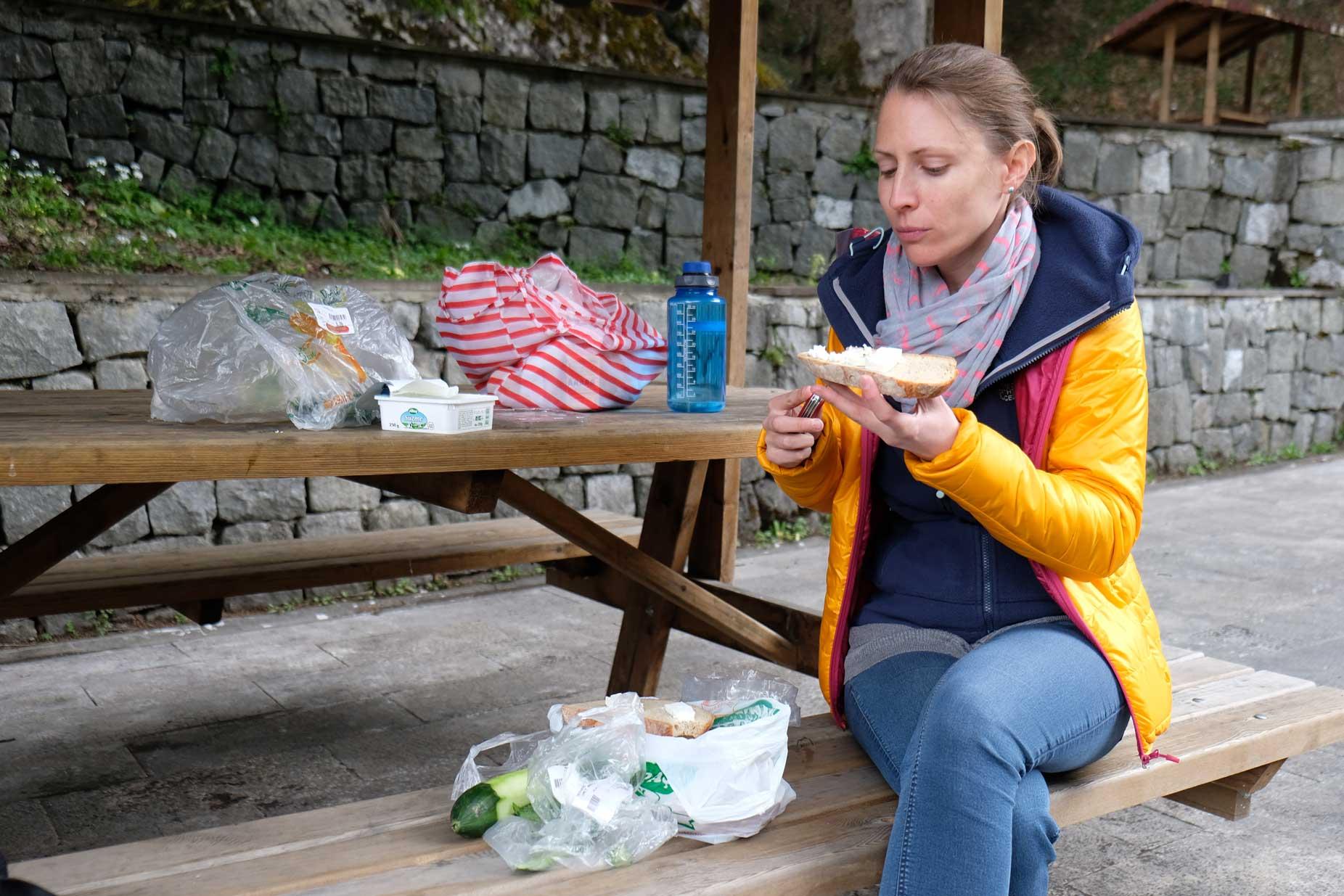 Unser geschätztes Mittagessen: Brot, Oliven, Käse, Gurke. Und zum Trinken gibt's Ayran.