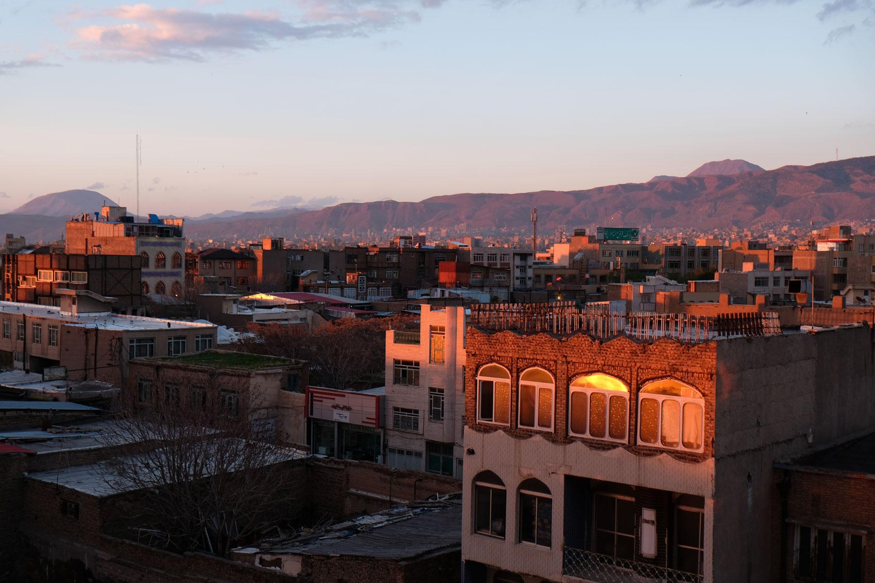 Nach einem langen Reisetag kommen wir müde, aber sehr positiv gestimmt in Tabriz an