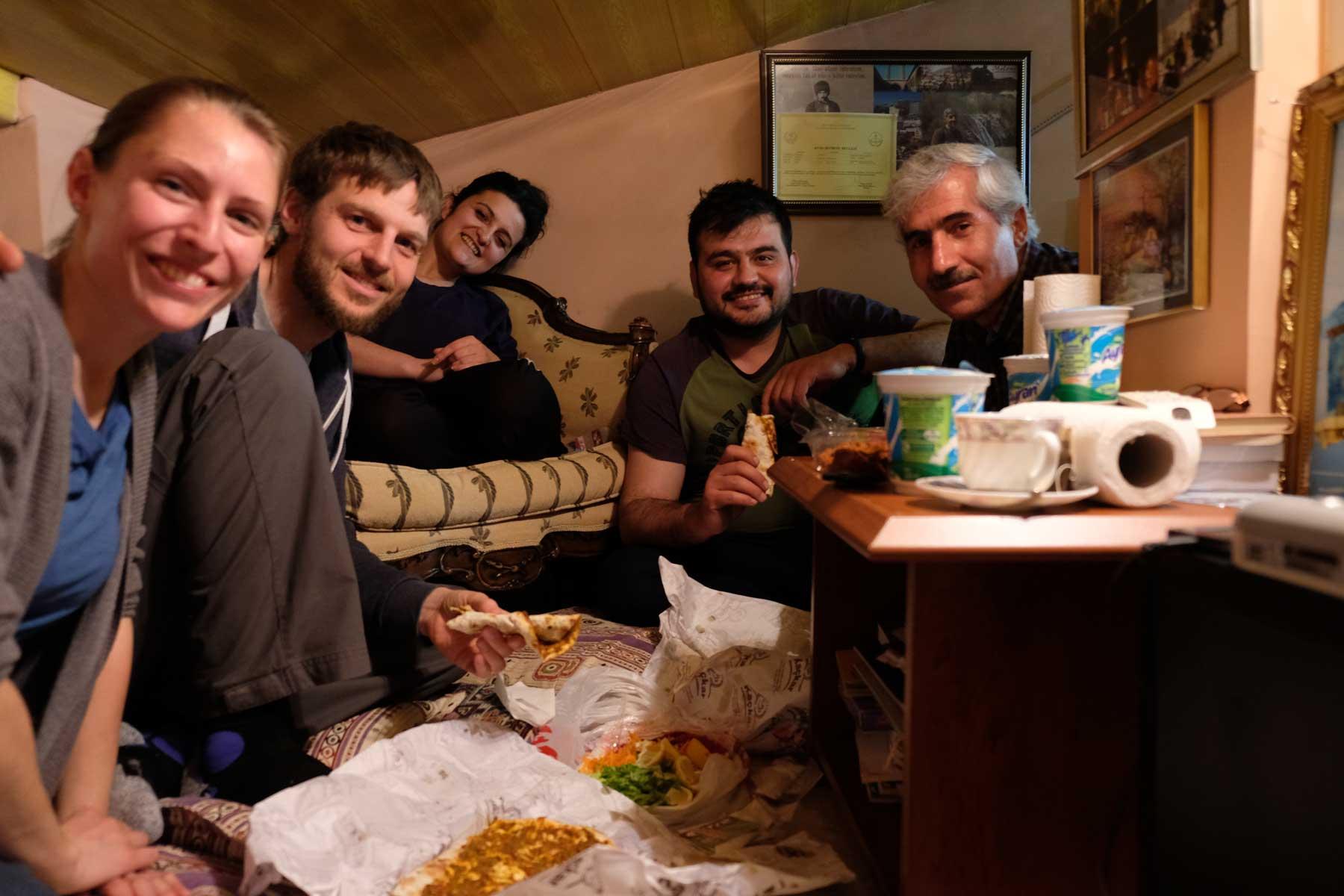 Bienvenue en Erzurum! Unser Abendessen mit (v.r.) Fesih, Refik und der namenlosen Studentin.