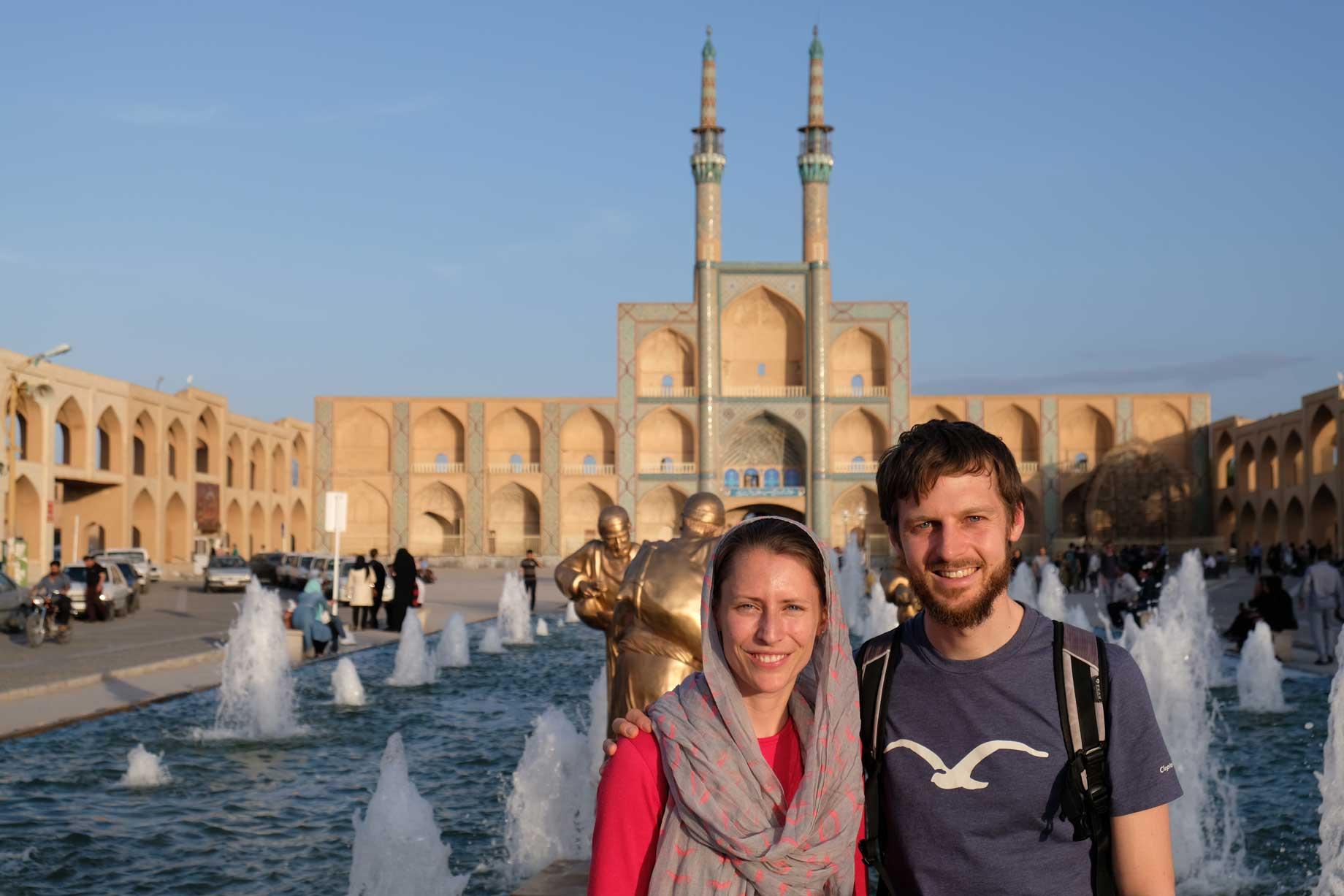 Wir zwei am Meydan-e Amir Chaqmaq im Herzen der iranischen Stadt Yazd. Hergereist ohne den Boden unter den Füßen verloren zu haben.