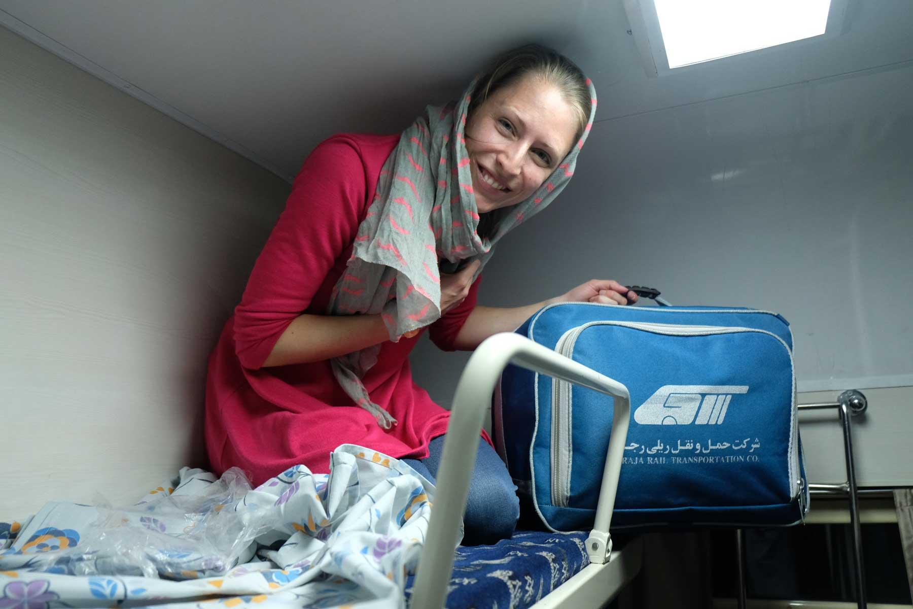 Ein bisschen eng hier, aber nachdem dann endlich das Bett bezogen war, konnten wir im Nachtzug nach Teheran gut schlafen