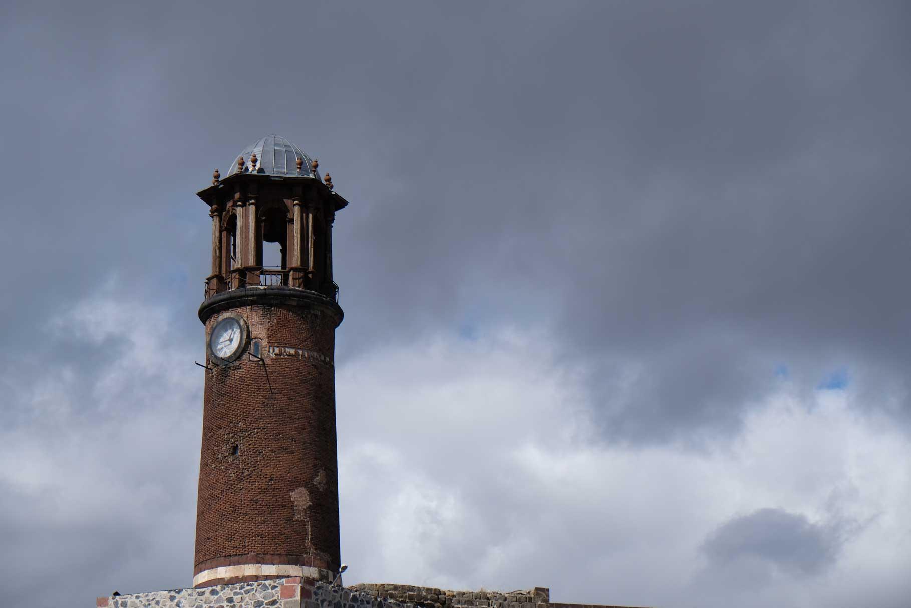 Wir nähern uns der Zitadelle, zu der dieser Uhrenturm gehört