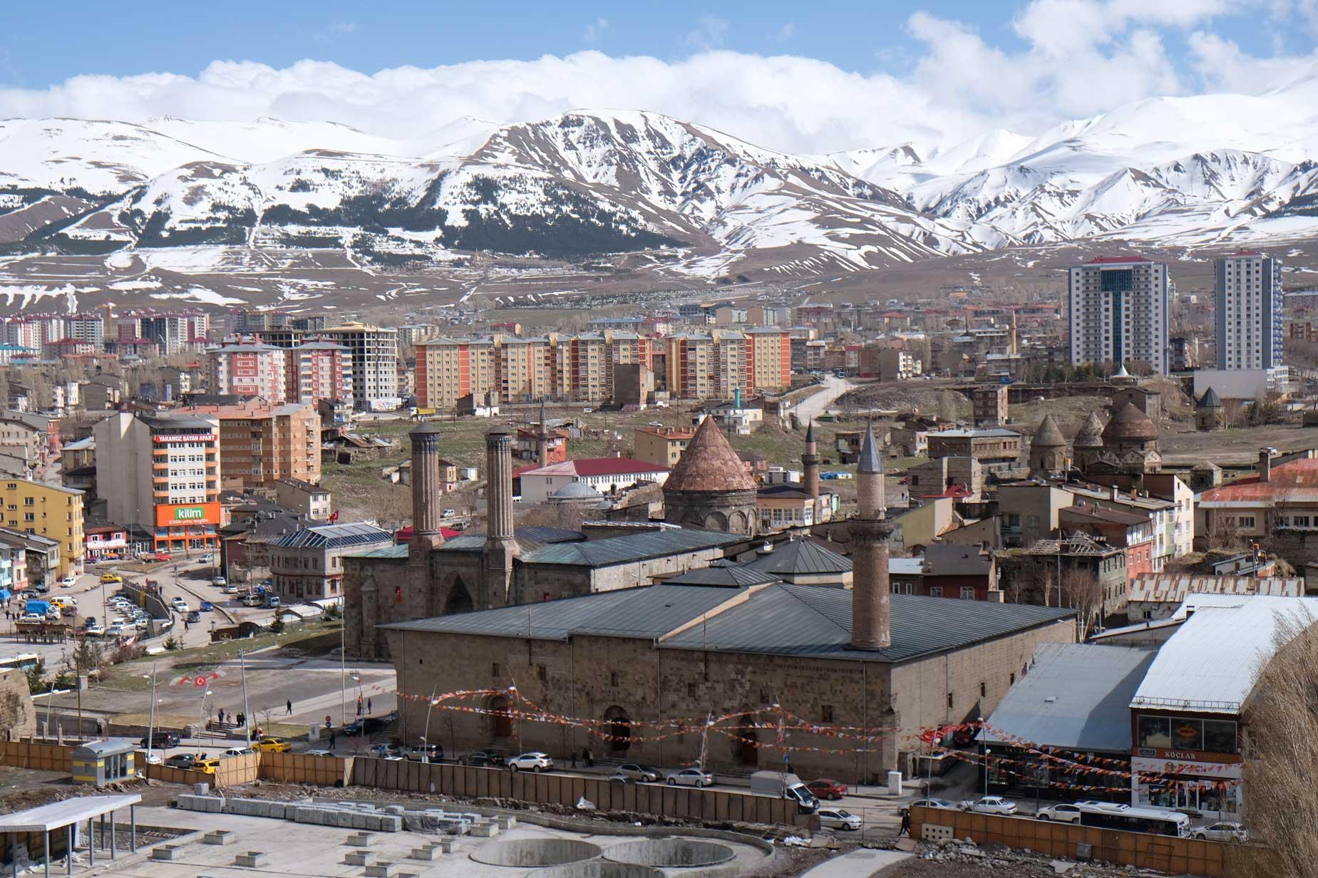 Vom Uhrenturm haben wir einen tollen Blick auf Erzurum und die umliegenden Berge