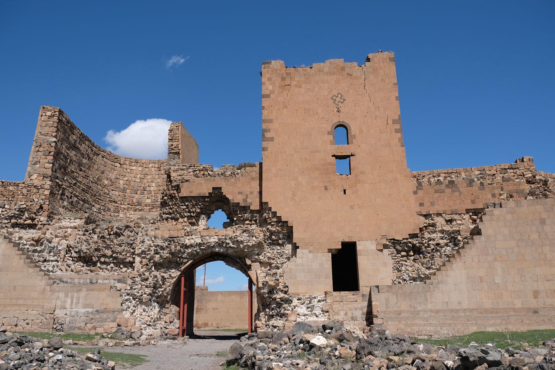 Rückansicht auf das ehemalige Stadttor mit verfallenem Wachturm