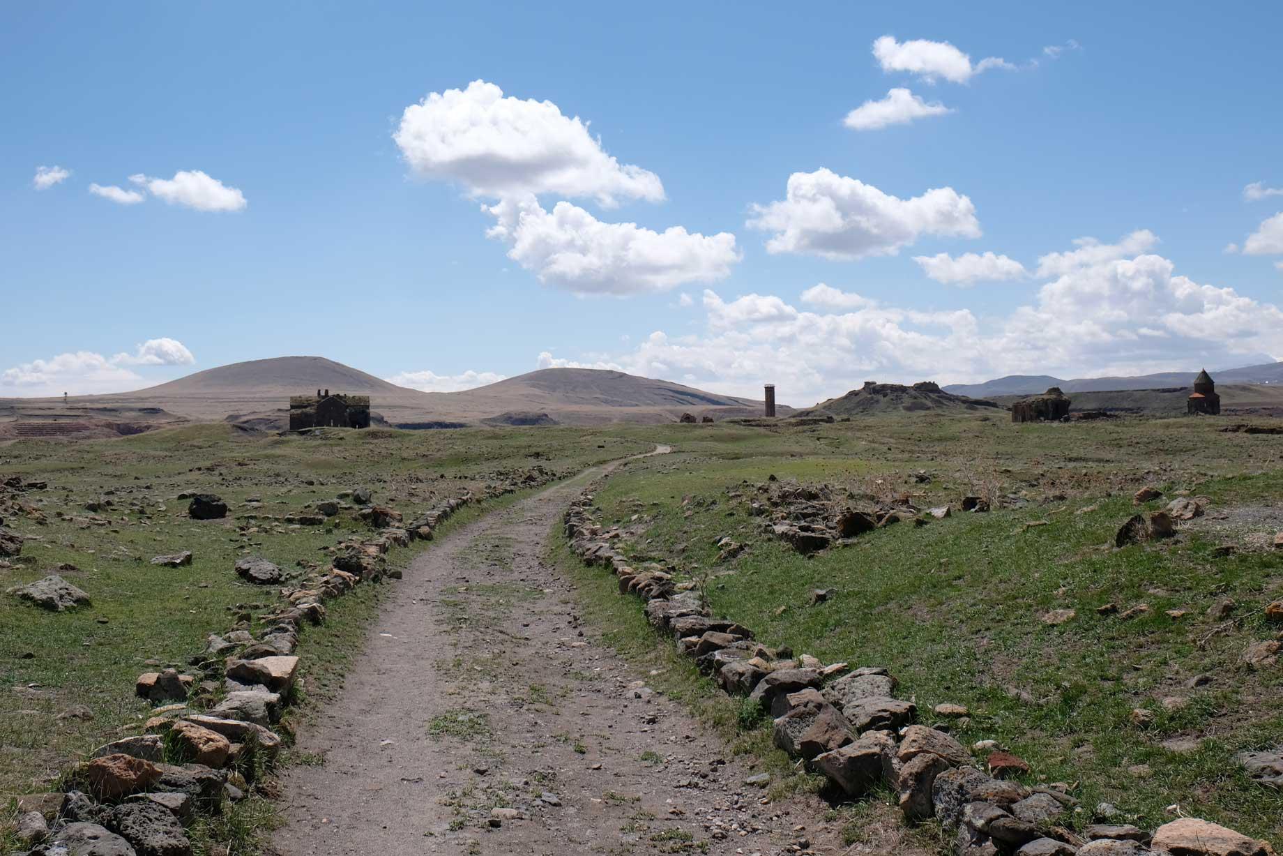 Von der Stadtmauer aus erkannt man in der Ferne einige scheinbar gut erhaltene Gebäude