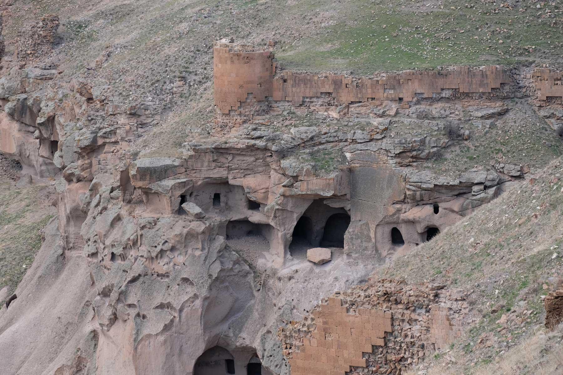Blick auf ehemals bewohnte Höhlen