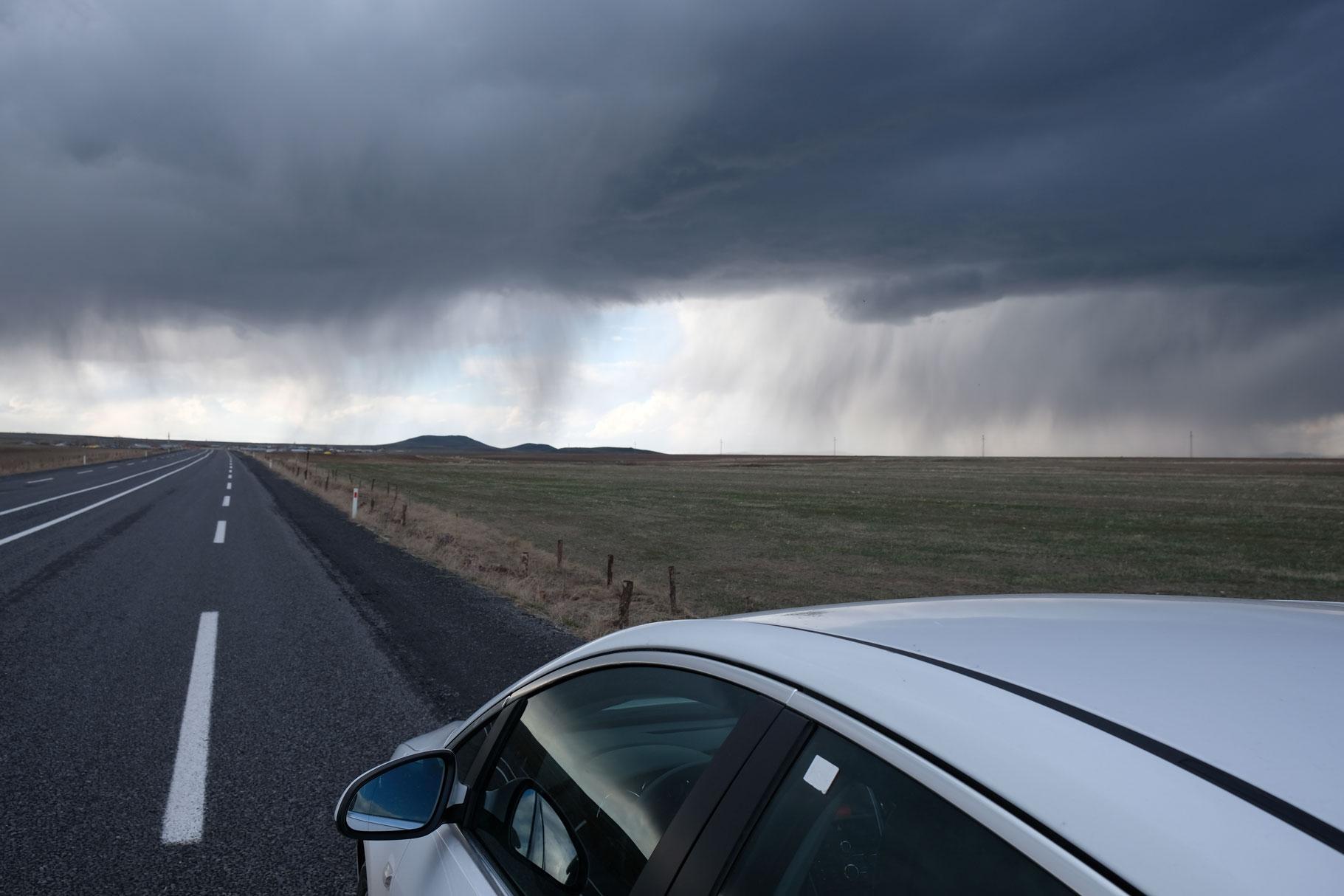 Auf dem Rückweg nach Kars fahren wir auf eine bedrohlich wirkende Regenwand zu