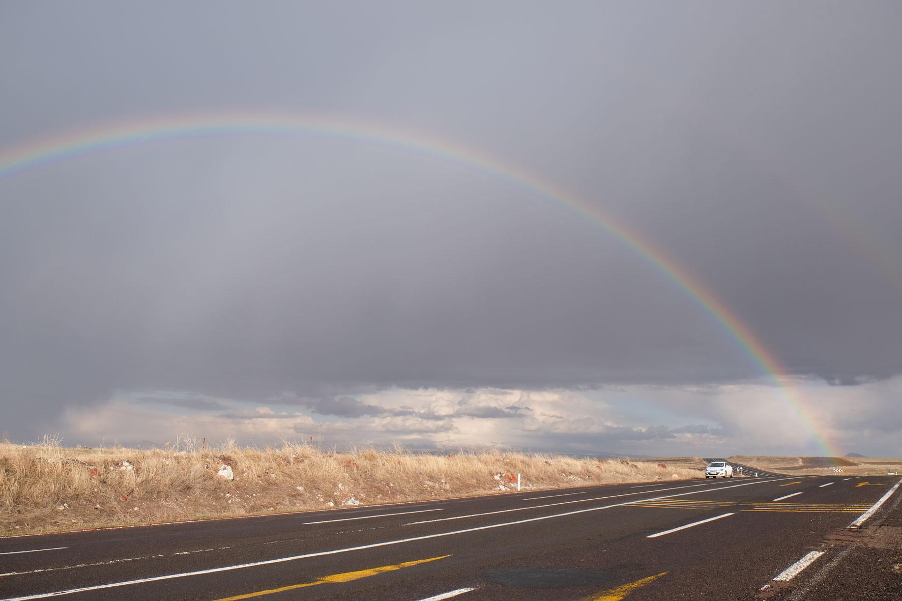 Glücklicherweise bekommen wir nur ein paar wenige Tropfen ab und erleben stattdessen einen wunderbaren Regenbogen