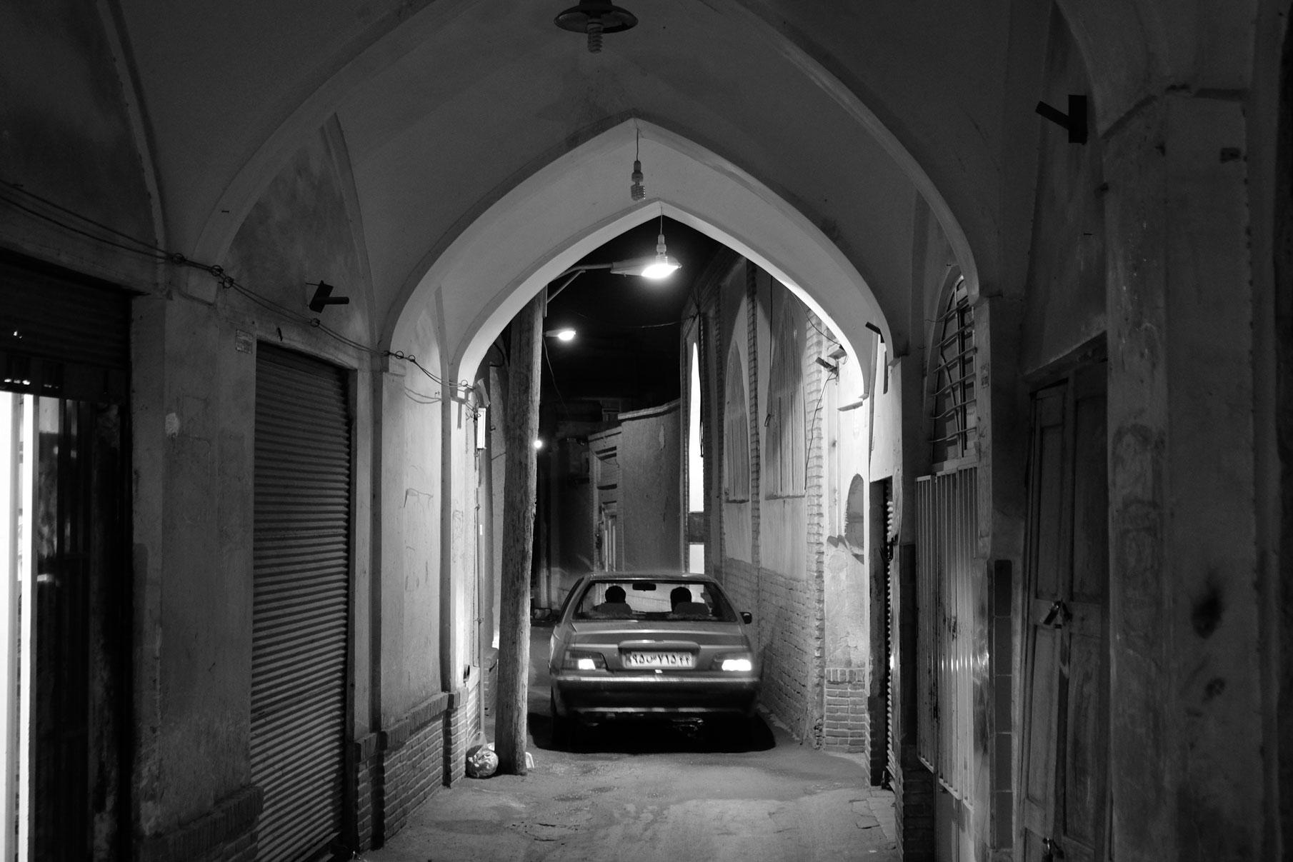 Durch Kashans kleine Altstadtgassen passt ein Auto gerade so durch