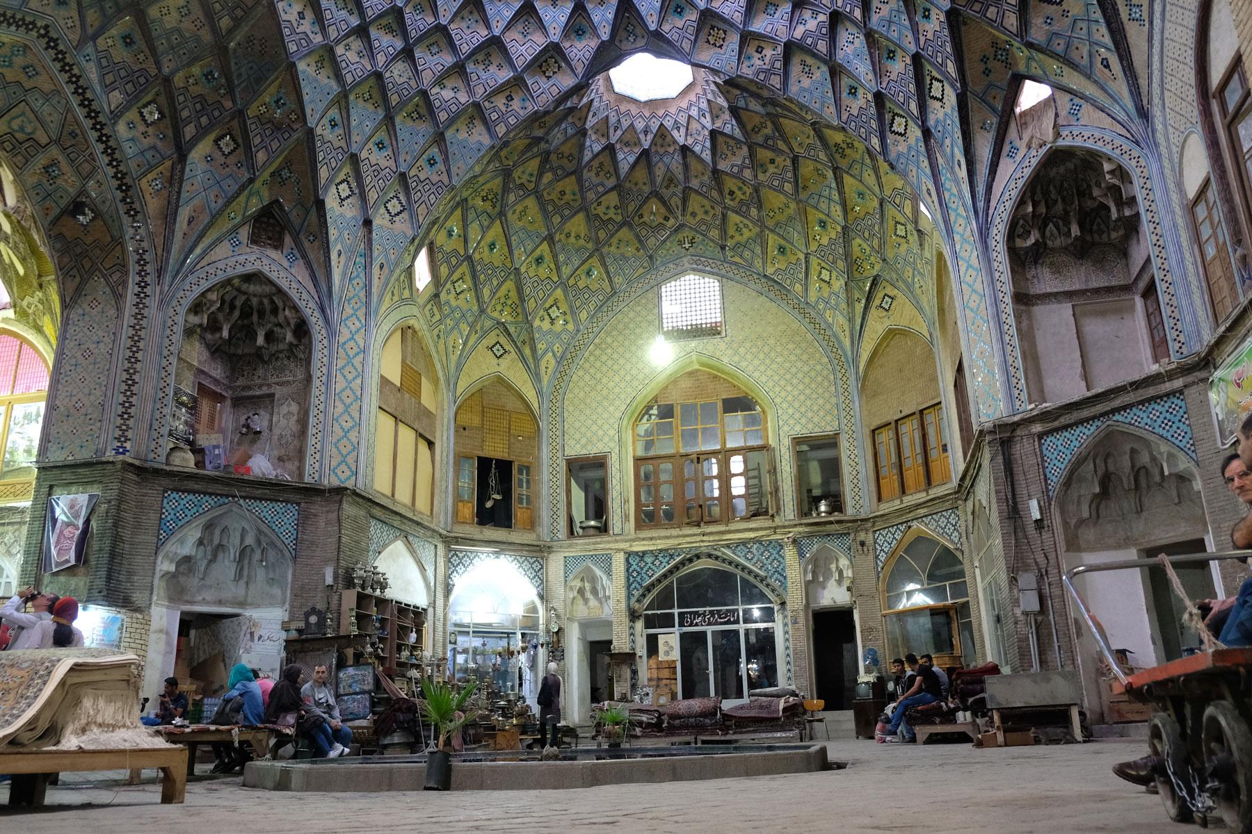 Kurze Teepause in der hübschen Seitenkuppel Timche-ye Amin od-Dowleh des Basars in Kashan