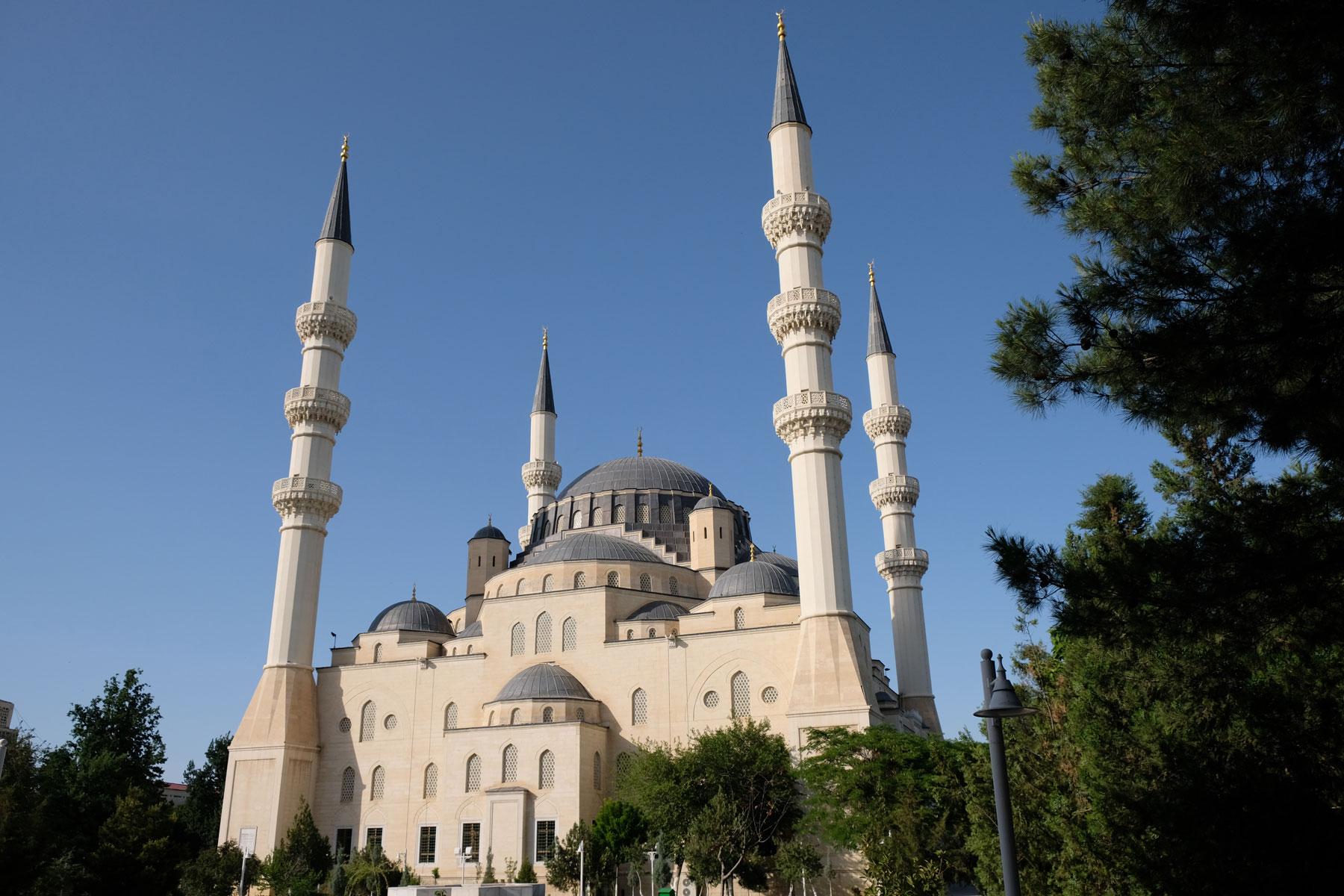 Auch bei der Moschee ist niemand bis auf zwei Männer anzutreffen.