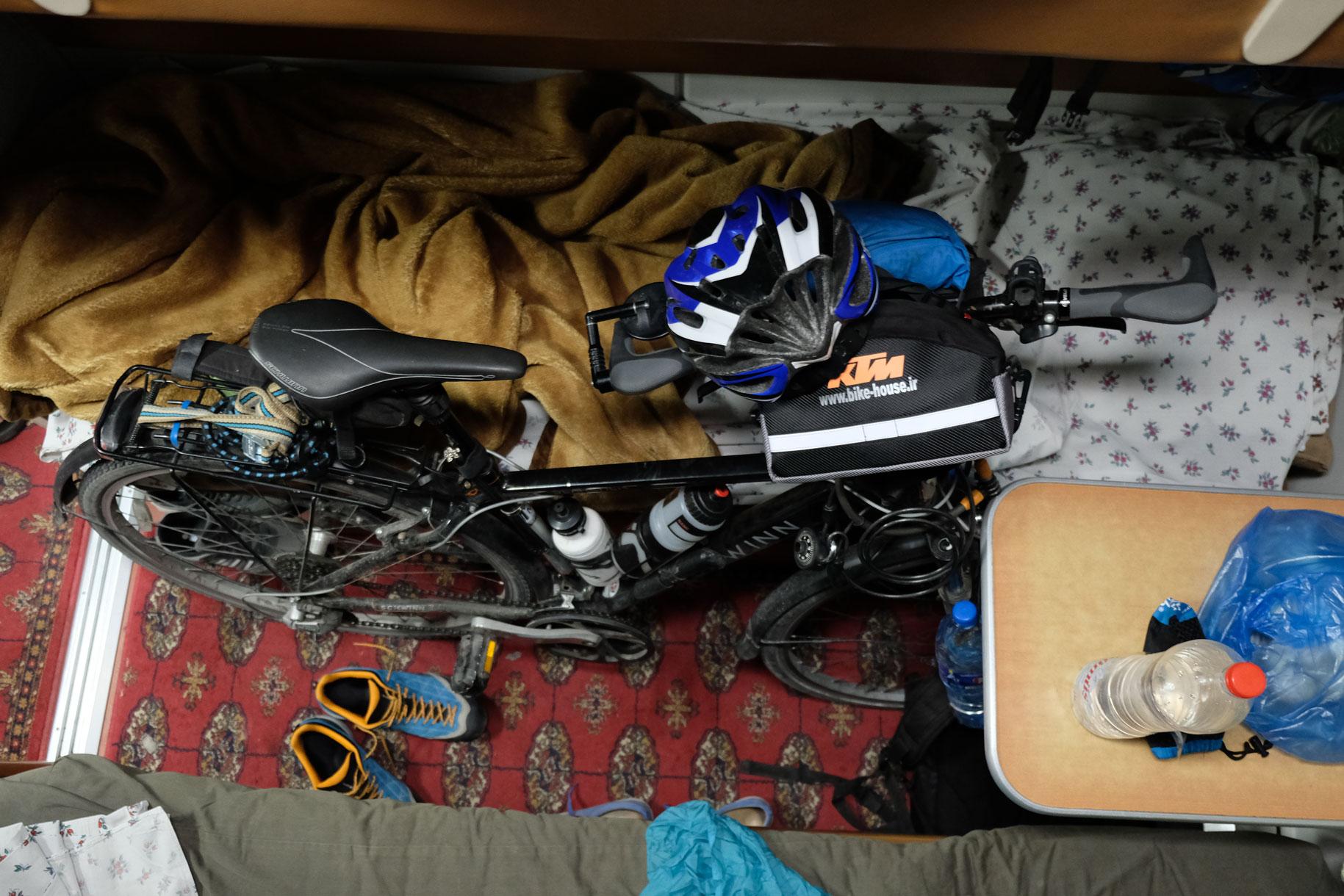 Fahrrad im Abteil. Das Zugpersonal kann wieder aufatmen, das sperrige Gepäckstück ist verstaut.