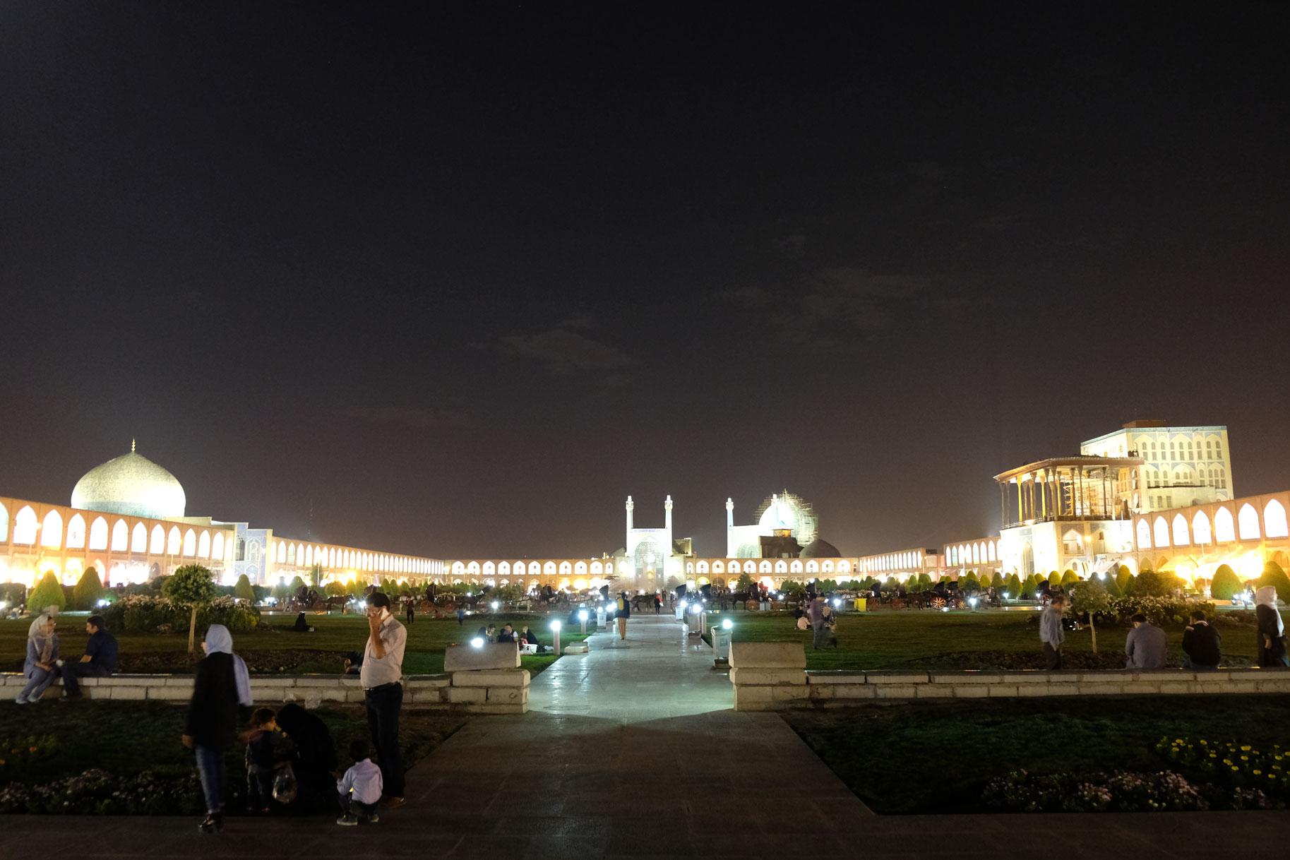 Den Naqsh-e Jahan Platz haben wir übrigens nach unserer Einkaufstour dann doch noch besucht. Allerdings war es da bereits dunkel.