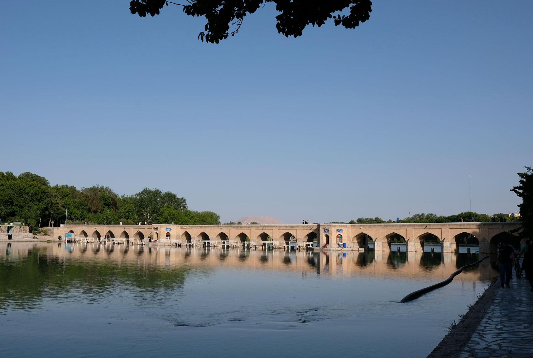 Am nächsten Tag fahren wir noch zum Zayandeh-Fluss und schauen uns die vielen schönen Steinbrücken an