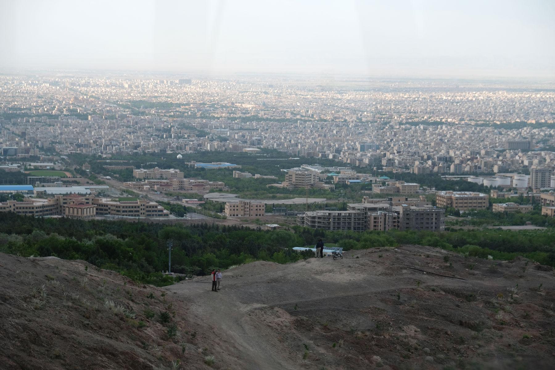 Unterwegs haben wir einen tollen Ausblick und erkennen, wie groß Isfahan wirklich ist