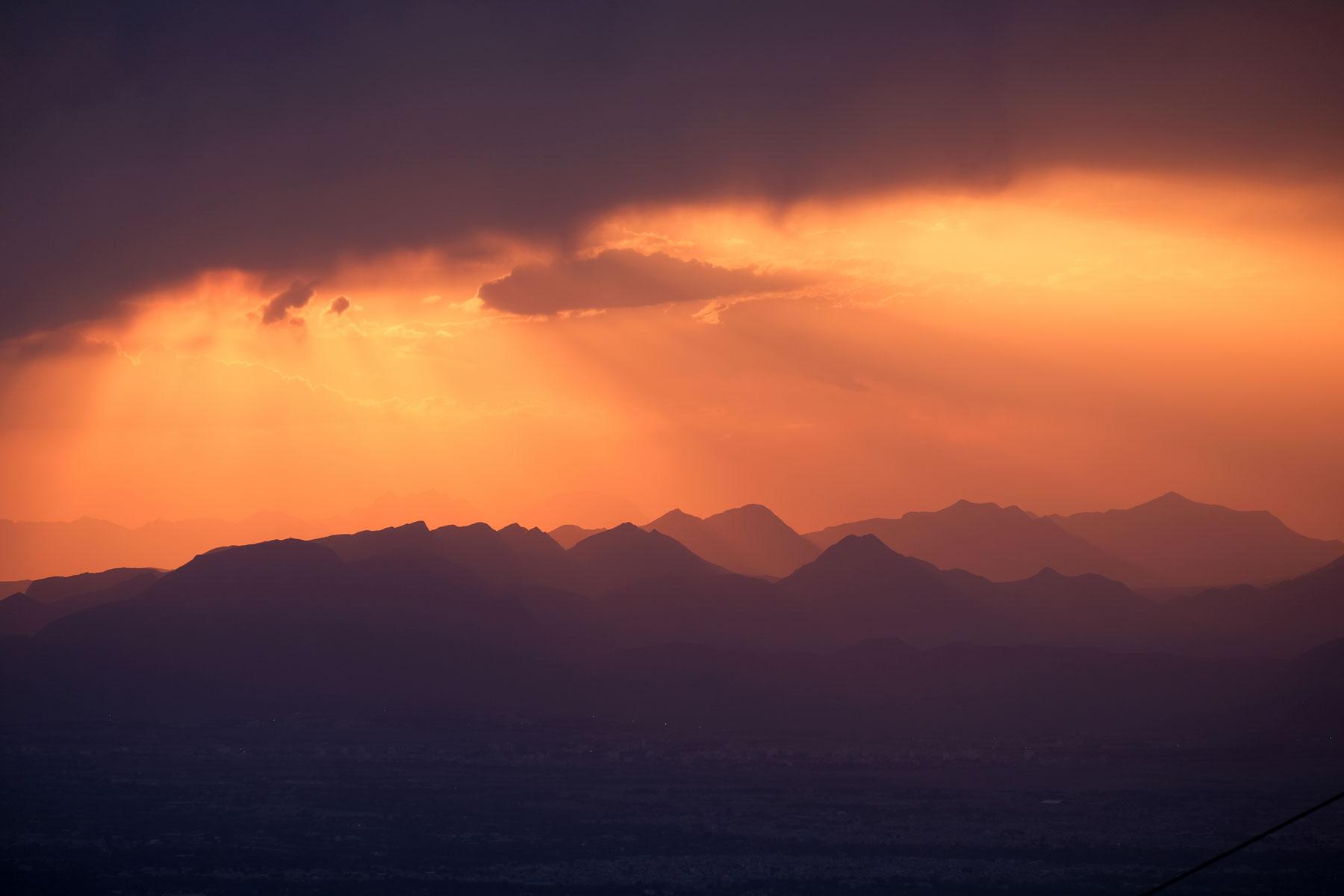 Beim Weg zum Start der Zipline bemerken wir den spektakulären Sonnenuntergang am Horizont