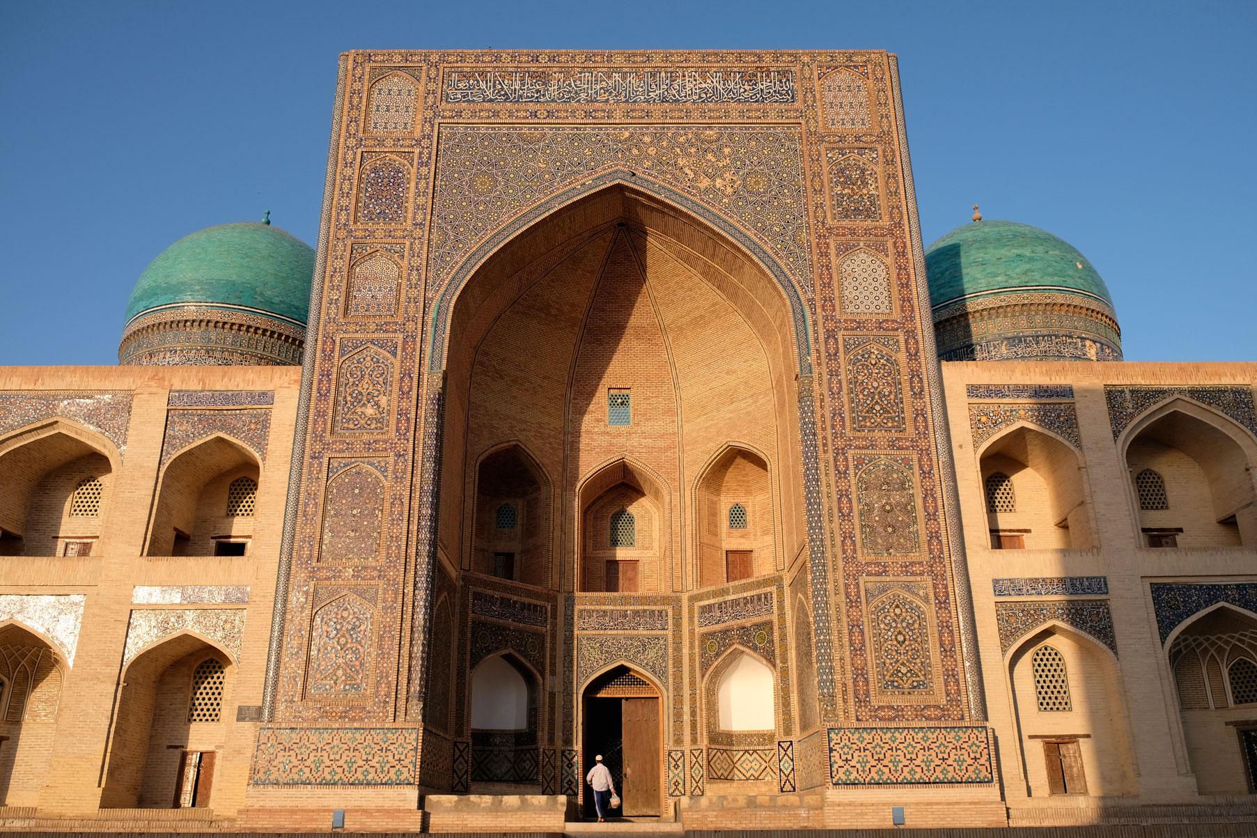Ein weiteres BeisAuch die Mir-Arab-Madrasa (vollendet 1536/37) ist trotz und wegen ihres stattlichen Alters absolut sehenswertpiel: Die Mir-Arab-Madrasa (vollendet 1536/37)