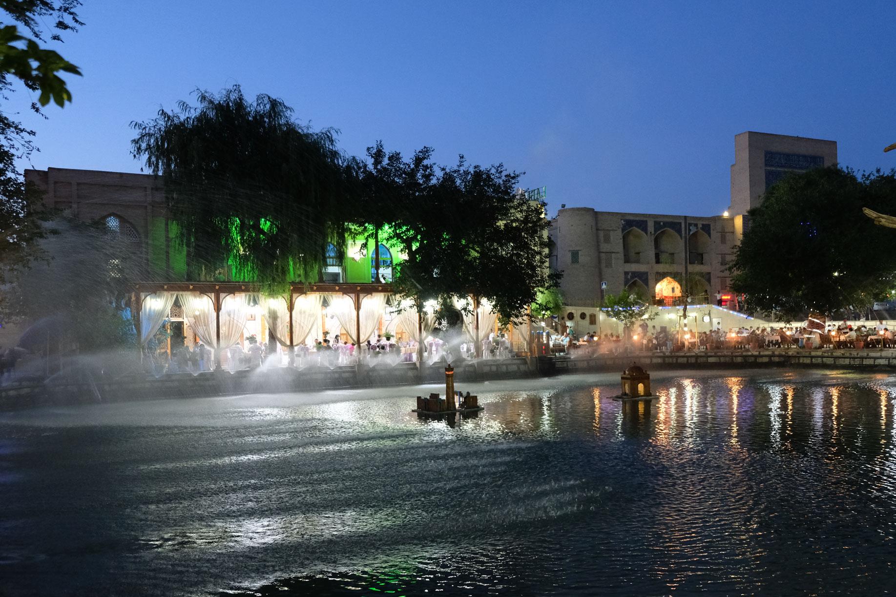 Wenn es dunkel wird, sammeln sich viele Menschen am Labi Hovuz Wasserbecken, um in den angrenzenden Restaurants zu Abend zu essen