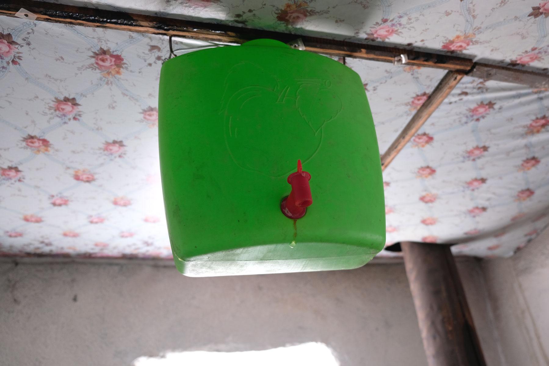 """Anschließend die Mischung in den Kaanister an der Decke einfüllen. Fertig ist die """"Bucket shower""""! :-)"""