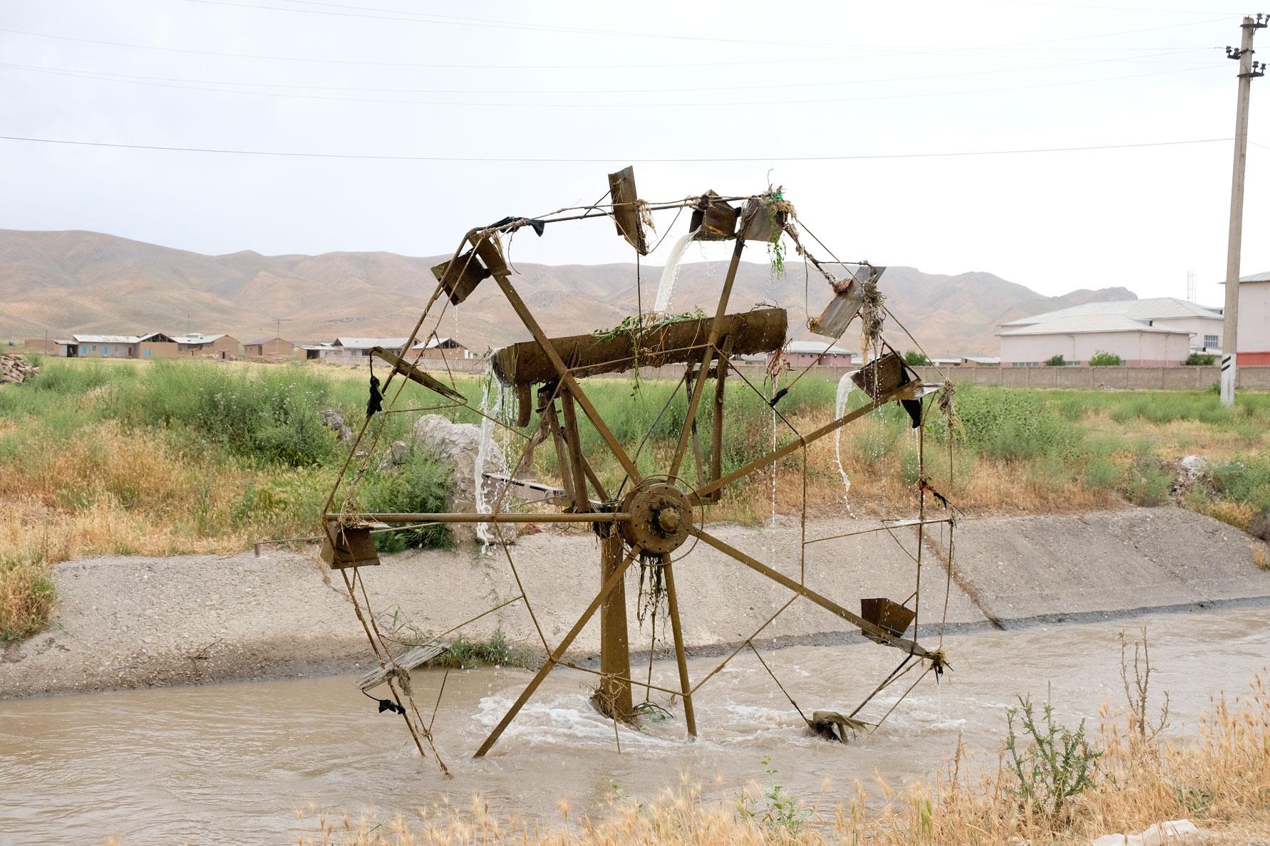 Eine Wasserrad. Sieht beeindruckend aus, erfüllt aber nicht seinen Zweck, da ein Rohr gebrochen ist.