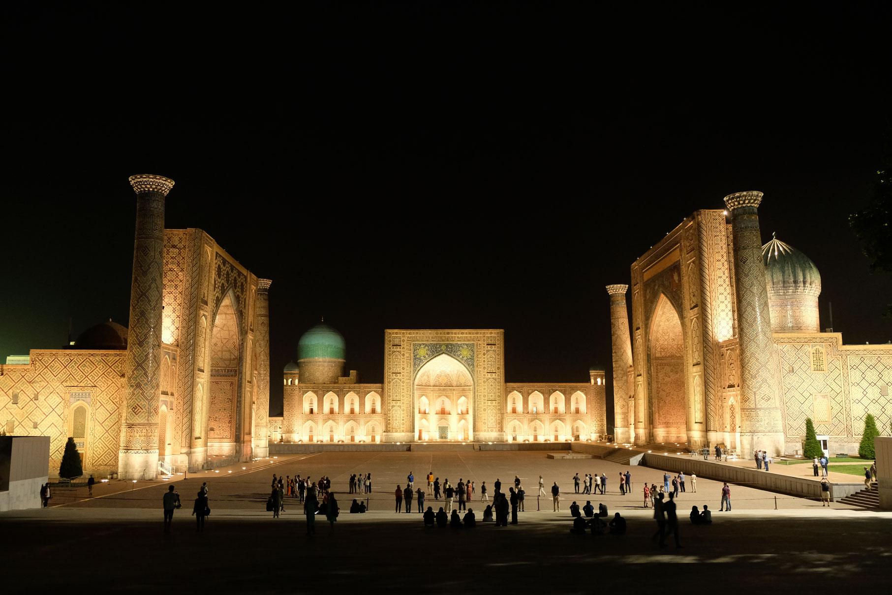 Am Ankunftsabend schlendern wir durch Samarkand und sind überweltingt von der Haupt-Sehenswürdigkeit der Stadt: Dem Registan