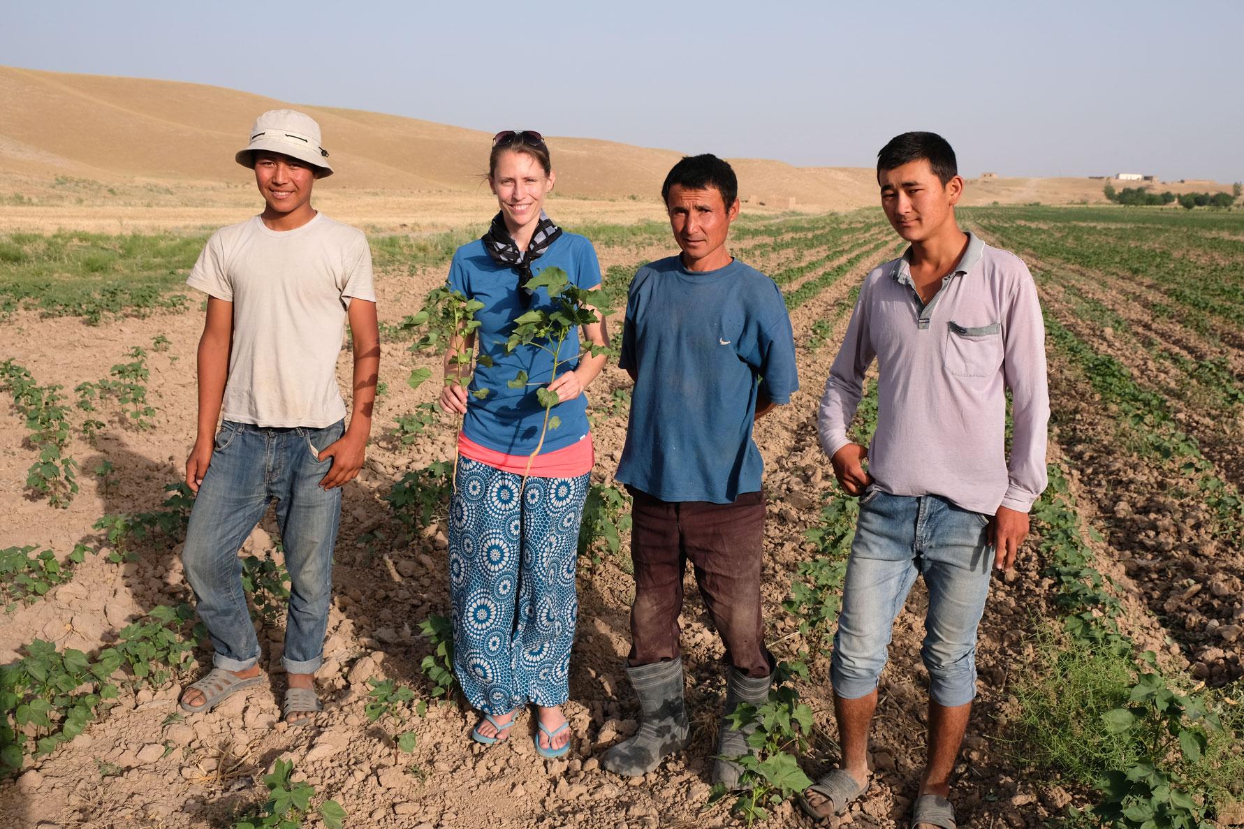 Der Feldbesitzer und seine Kollegen freuen sich über unseren Besuch und schenken Leo eine Baumwollpflanze