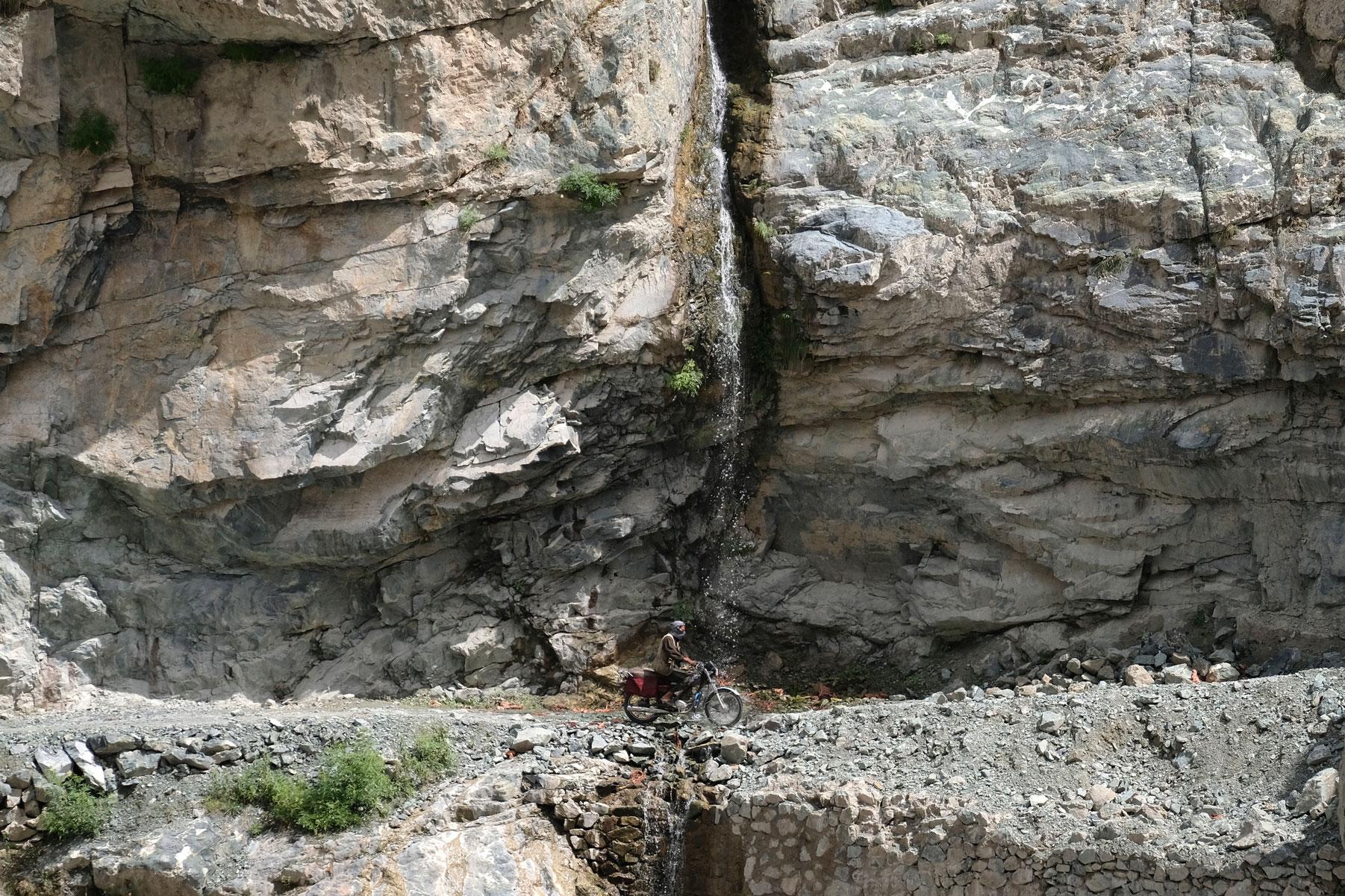 Die afghanische Flussseite zieht immer wieder unseren Blick auf sich...