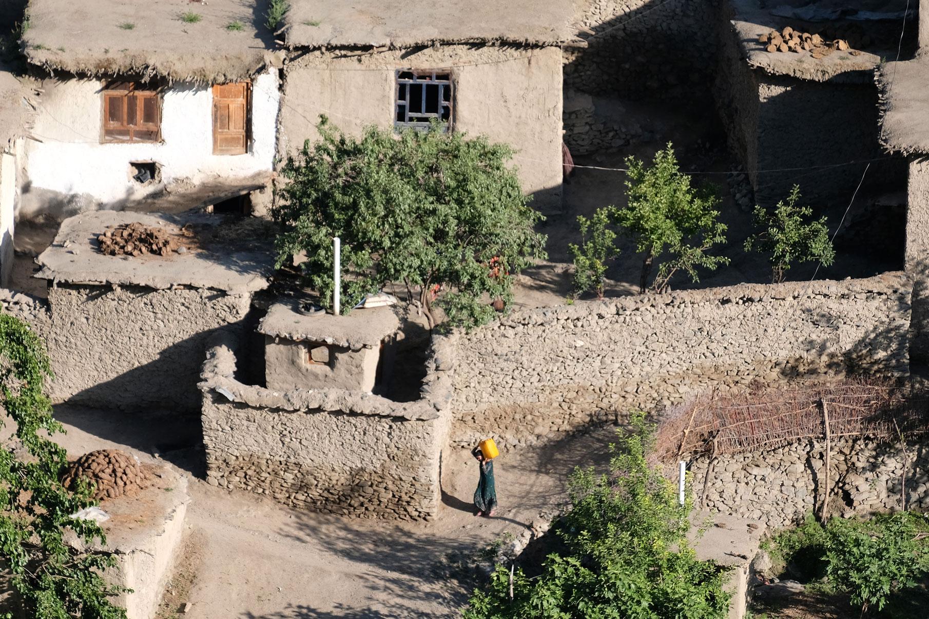 ...auf afghanische Dörfer auf der anderen Seite des Flusses.