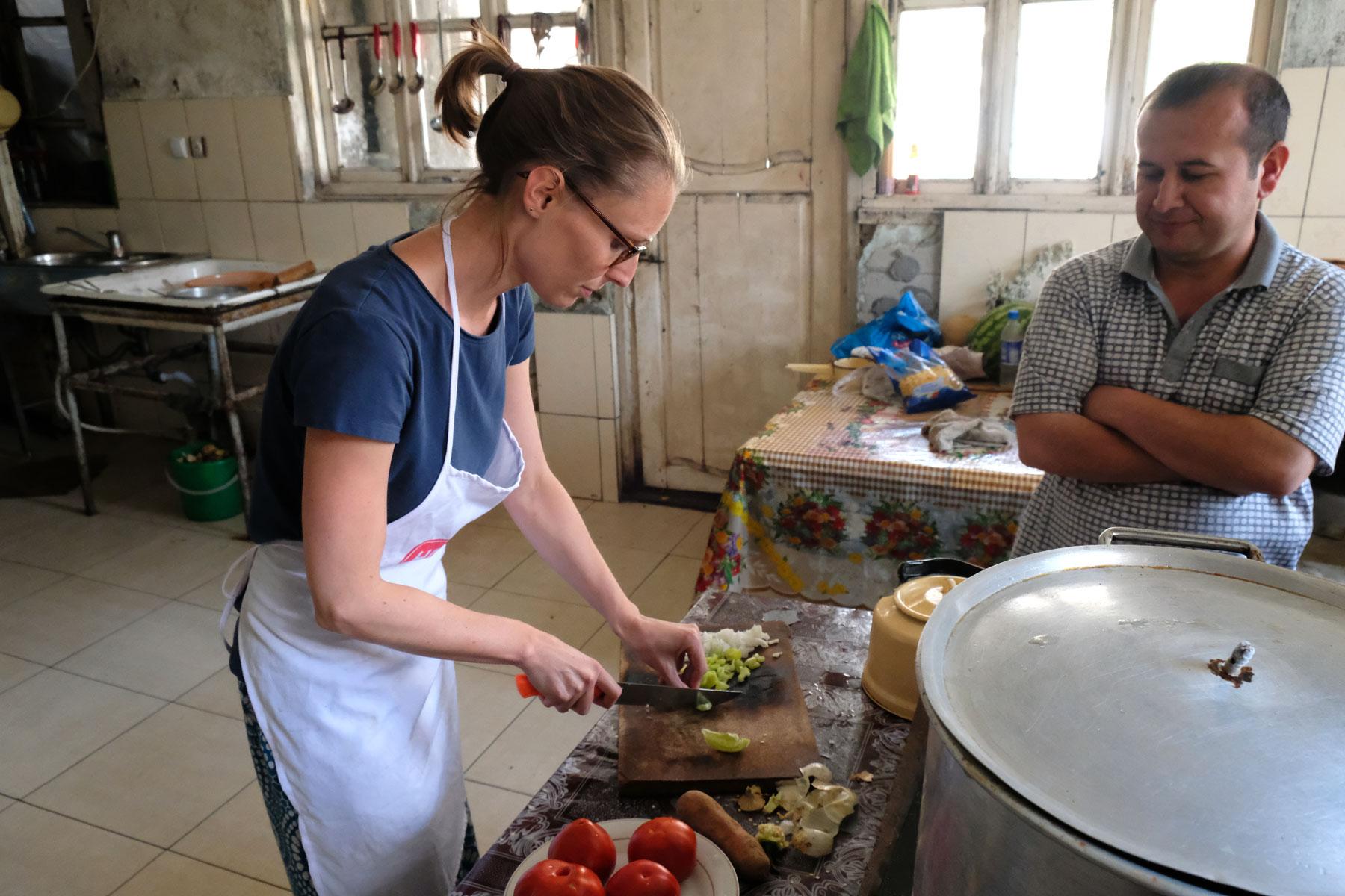 In der kleinen Stadt Vanj erhole ich mich von meiner Krankheit und nachdem es mir besser geht, dürfen wir die Restaurantküche in Beschlag nehmen! Der Koch schaut mir interessiert zu - ein Gericht ohne Fleisch, so erzählt er uns, hat es hier schon lange nicht mehr gegeben.