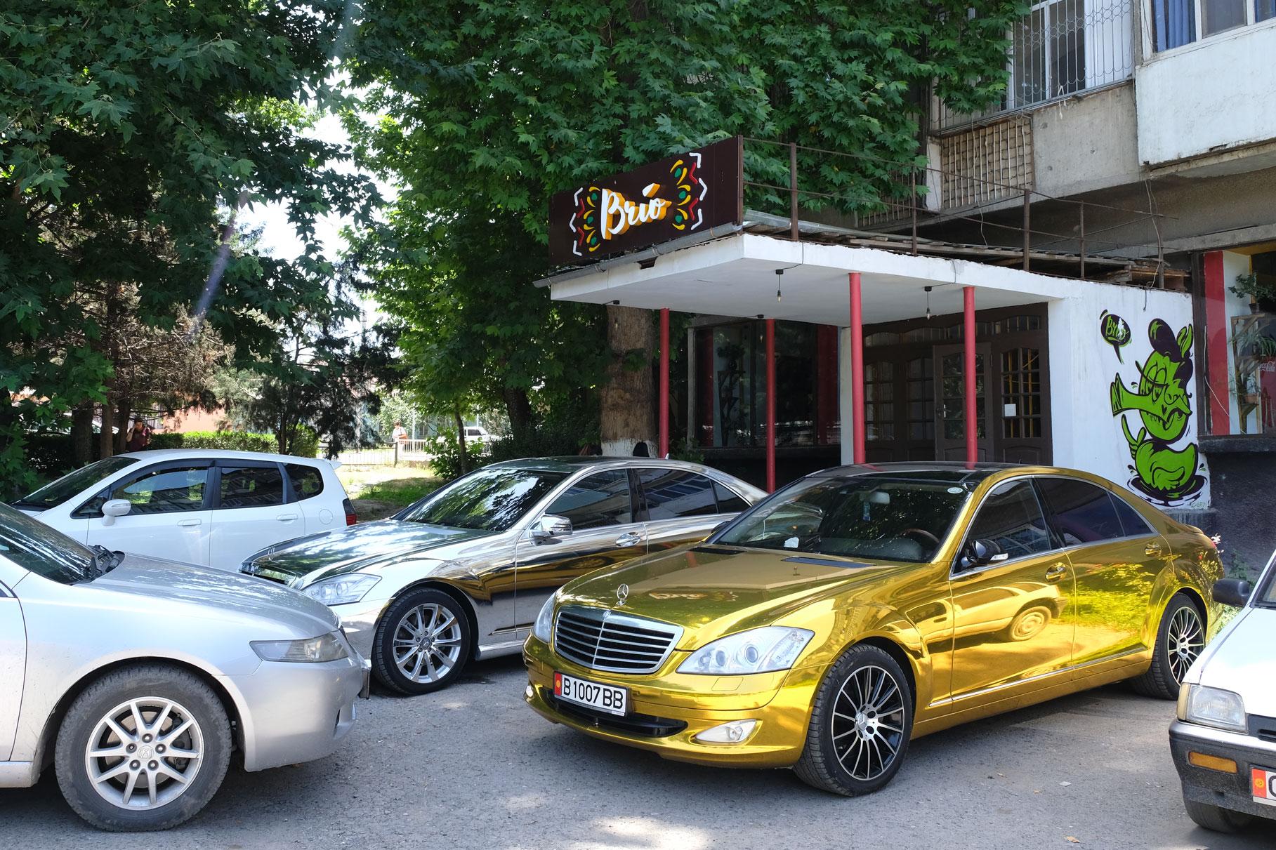 """""""Goldene Zeiten"""" vor unserem liebsten Café in Osch - hier gibt's guten Kaffee und noch besseren Kuchen"""