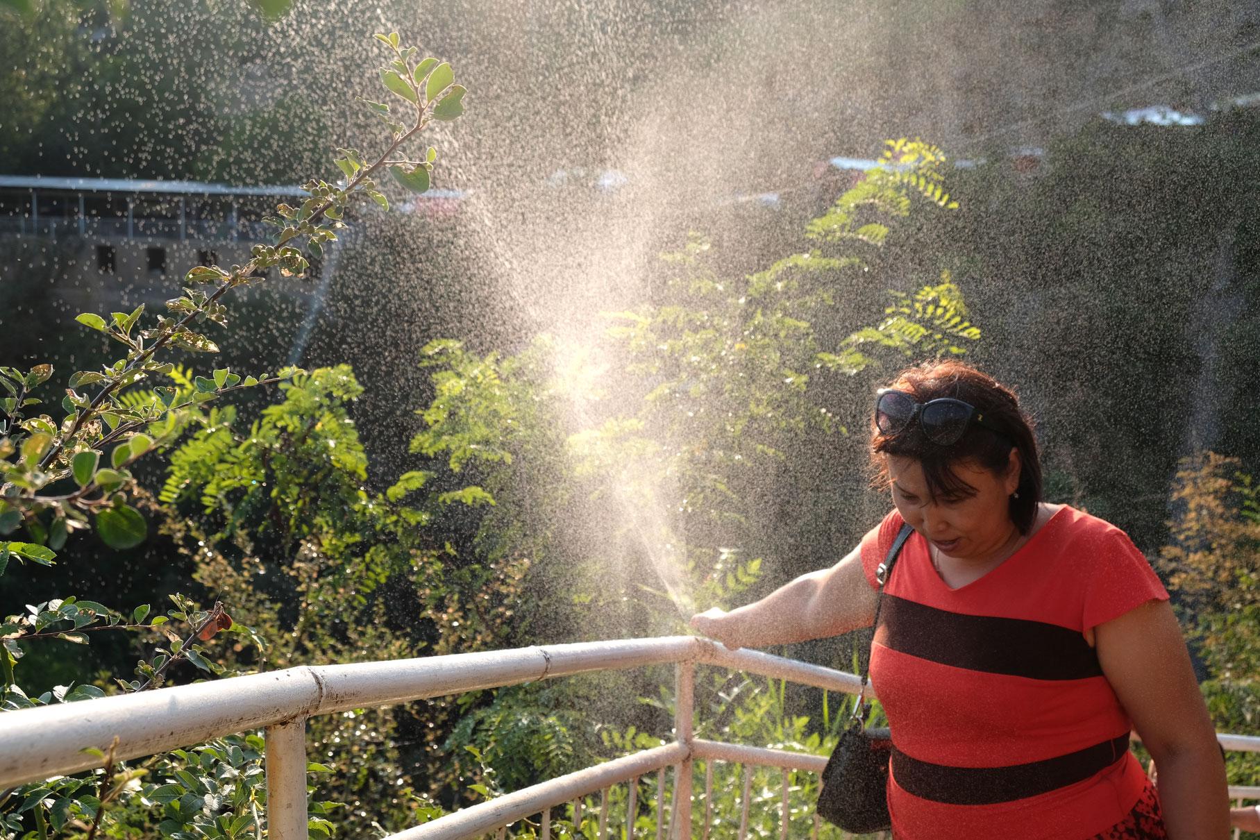 Auf dem Weg zum neben dem Wasserfall gelegenen Restaurant sorgen Wasserfontainen für Abkühlung