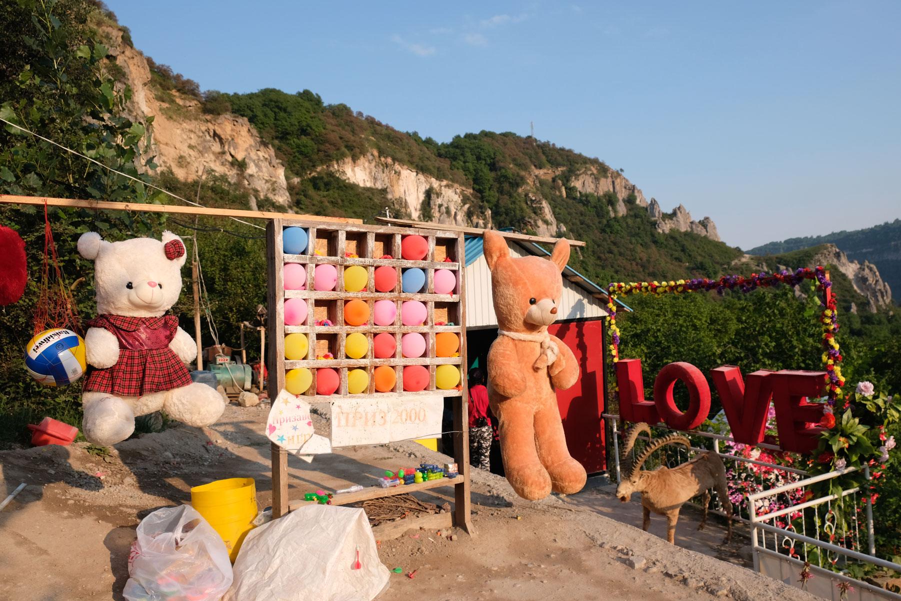 Auch ganz oben ist für Entertainment gesorgt: Mit Dartpfeilen kann auf Luftballons oder Stofftiere geworfen werden