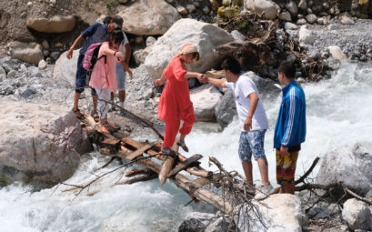 Auch ohne Wanderschuhe kommt diese Gruppe trocken über den Fluss