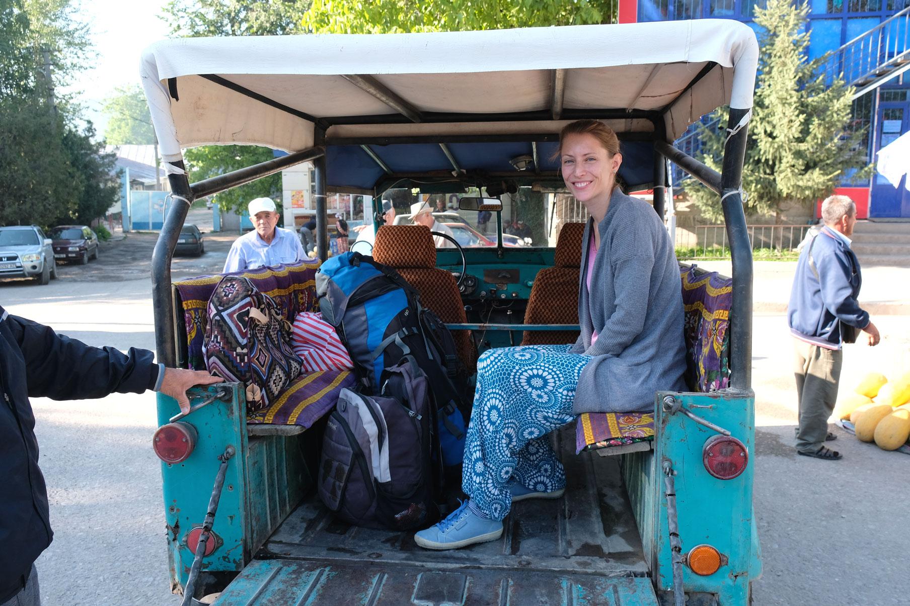 Mit einem Geländewagen geht es vom Homestay zurück ins Tal