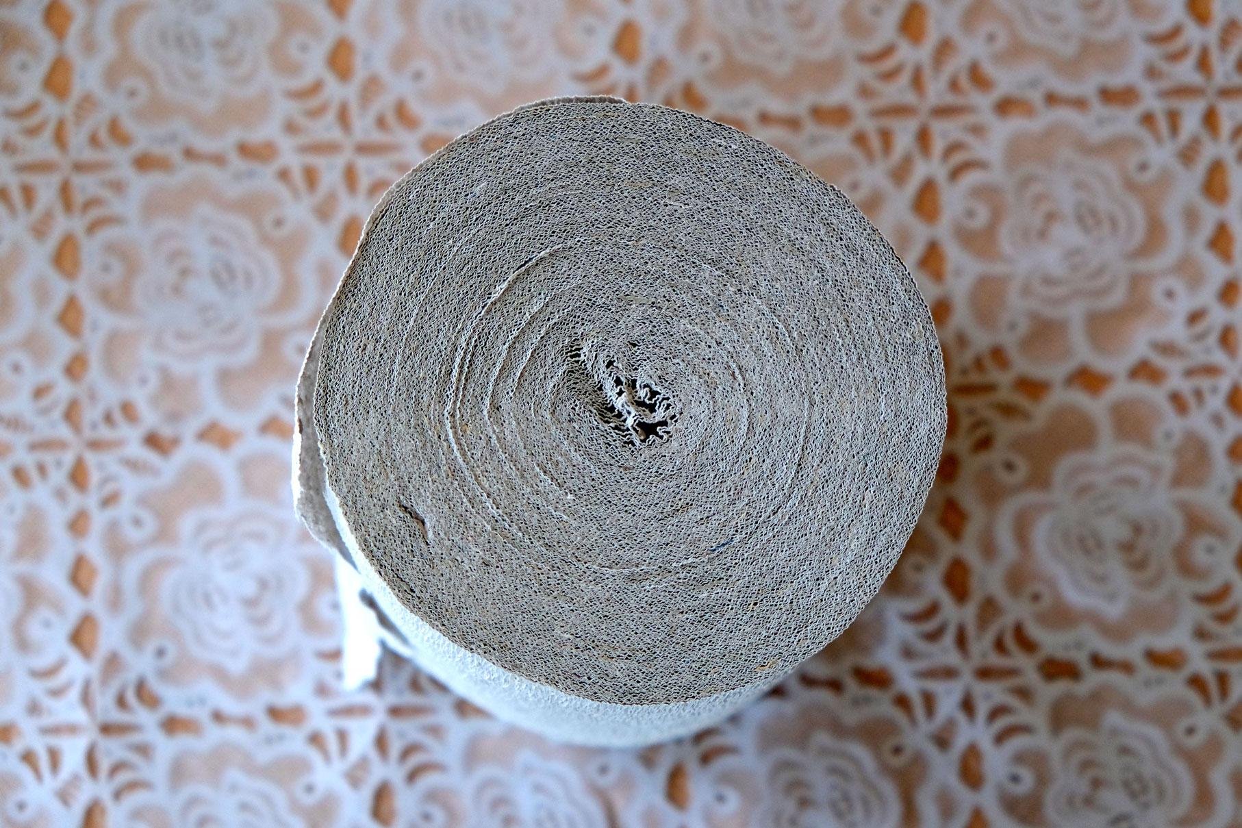 Kurioserweise wird das Papier oft bis zur Mitte gerollt - auf die Papprolle im Innern wird verzichtet.