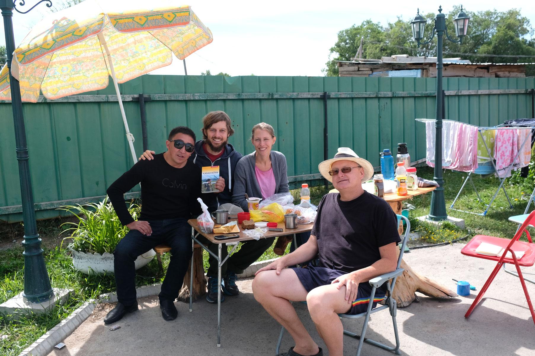 Unser spontanes Frühstück mit Thomas im Hotelhof samt kasachischem Besucher, der auch gerne mit auf's Foto will ;-)