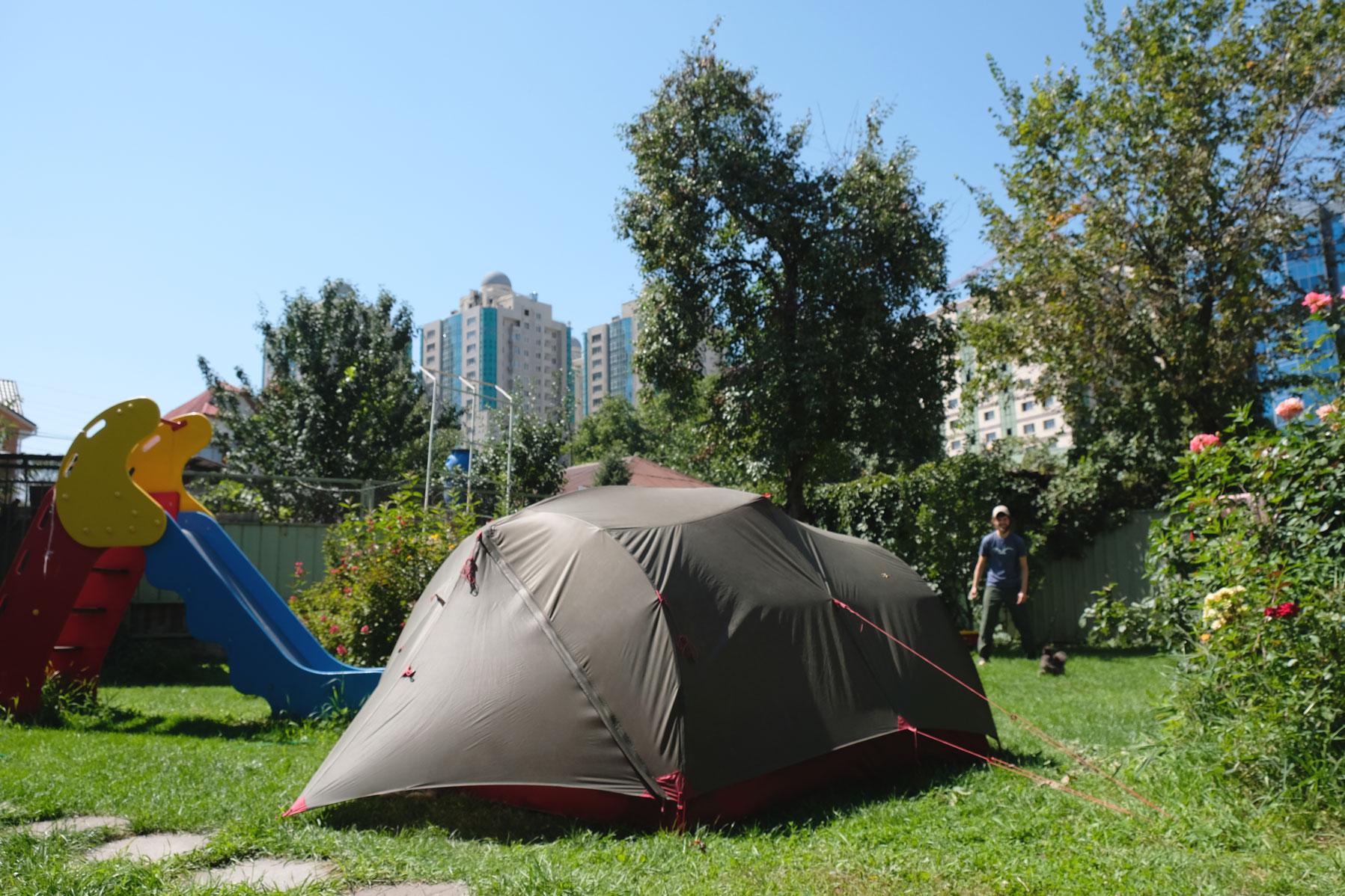 Zelten mitten in der Großstadt, umgeben von Hühnern. Auch irgendwie skurril.