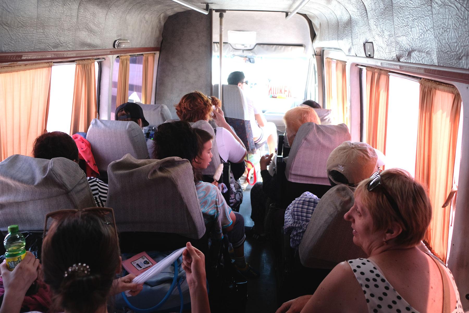 Anreise mit der überhitzten und vollen Marschrutka. Aber: Eine Person, ein Sitzplatz. Das kennen wir auch anders und freuen uns, dass wir nicht auch noch einen Platz teilen müssen.
