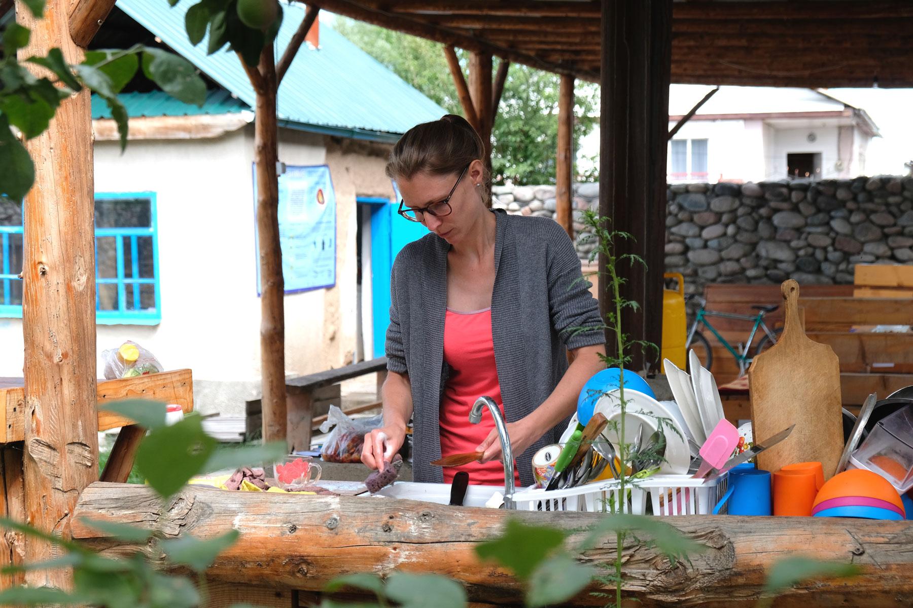 Auch Abwaschen gehört dazu - wie schön, wenn es in der Open-Air-Küche möglich ist