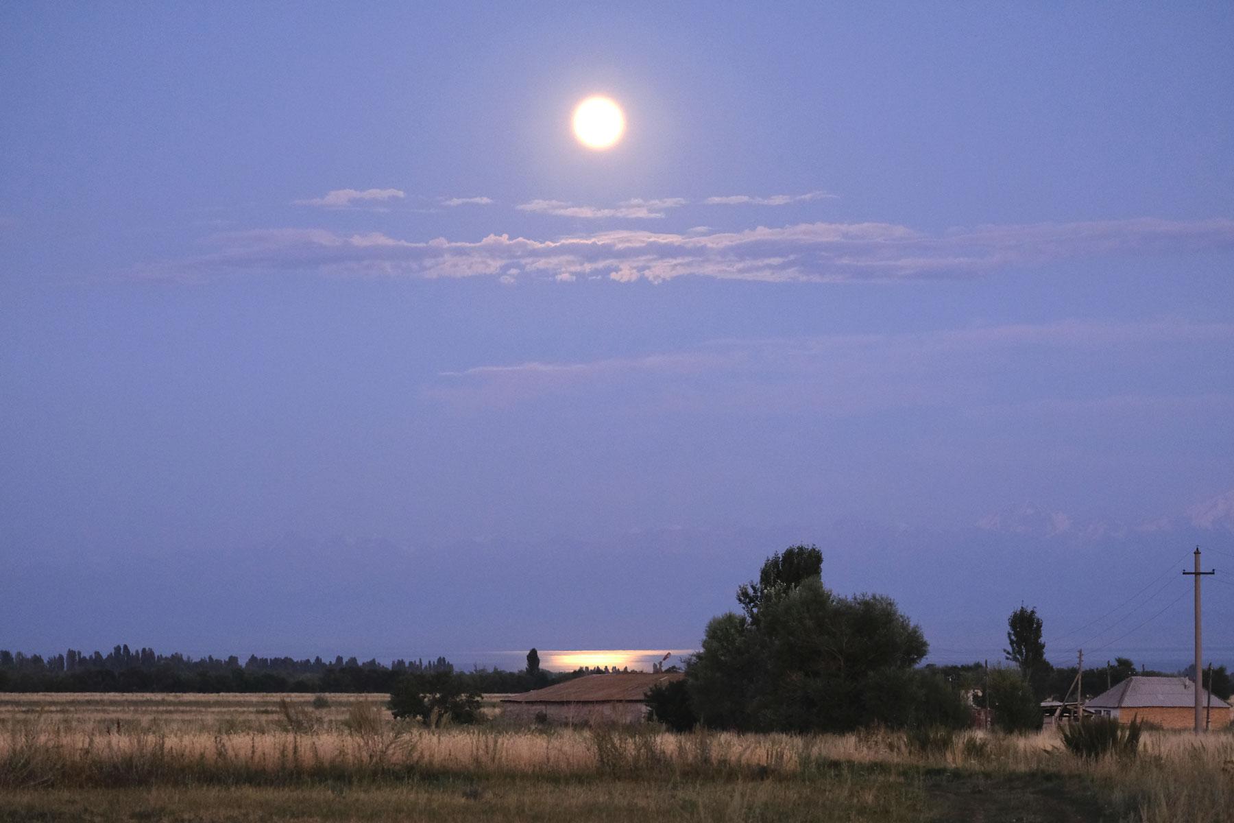 Der Mond bringt dem See zum glänzen