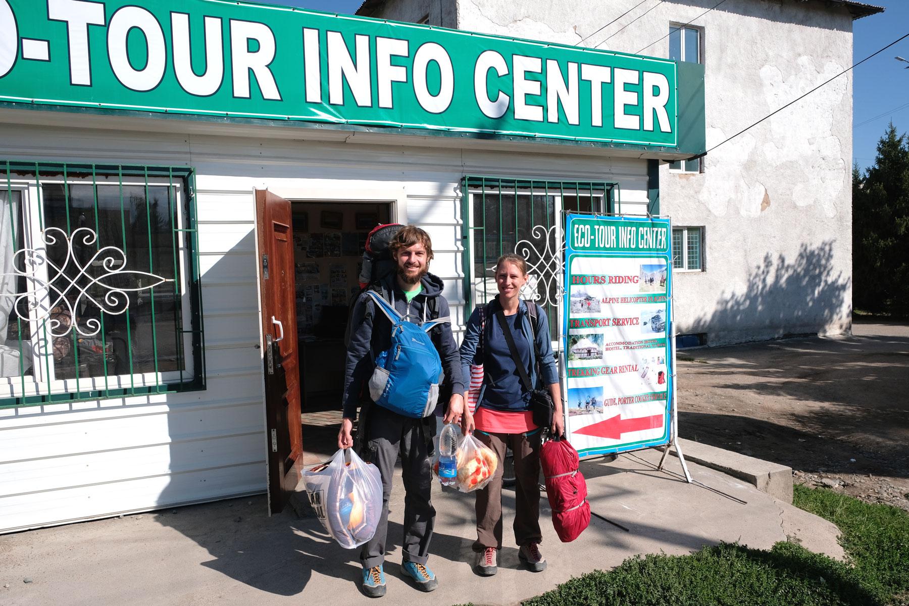 Voll beladen stehen wir am Starttag vor dem Büro des Veranstalters. Können wir das alles mitnehmen?