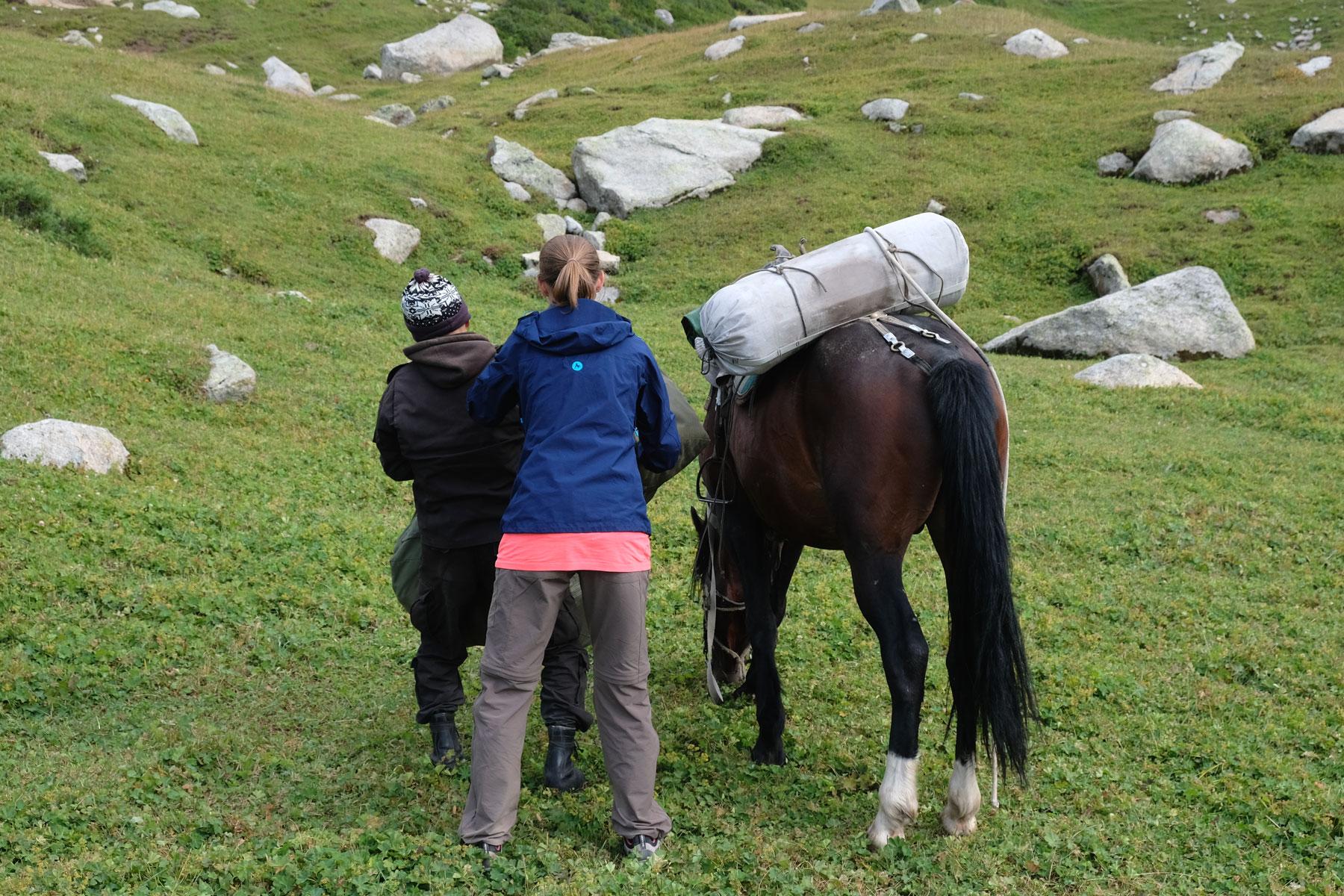 Endlich angekommen! Leo hilft Mika beim Abladen der schweren Satteltaschen.
