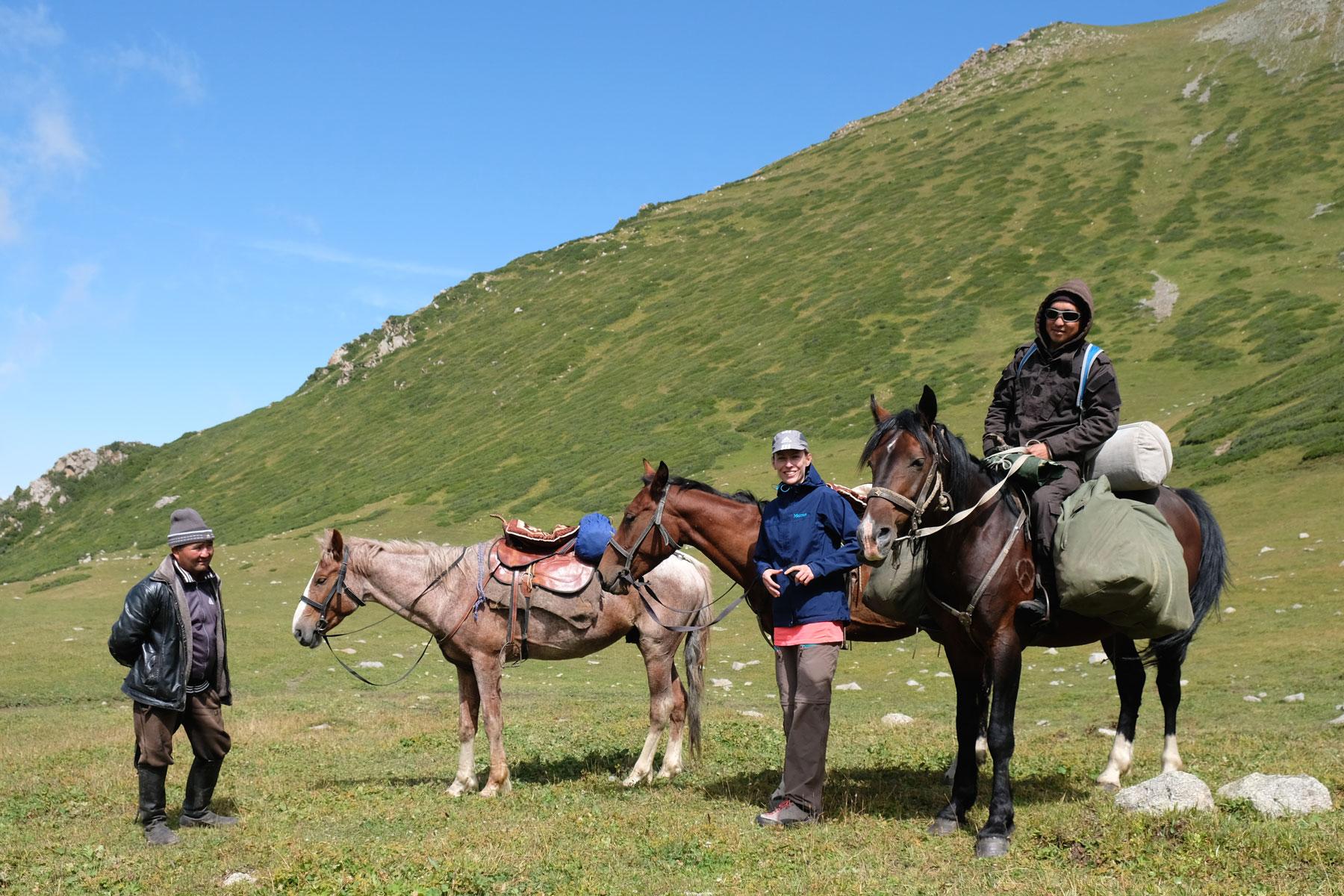 Nach einem steilen Abstieg begegnen wir einem Hirten, der hier mit seinen Tieren unterwegs ist