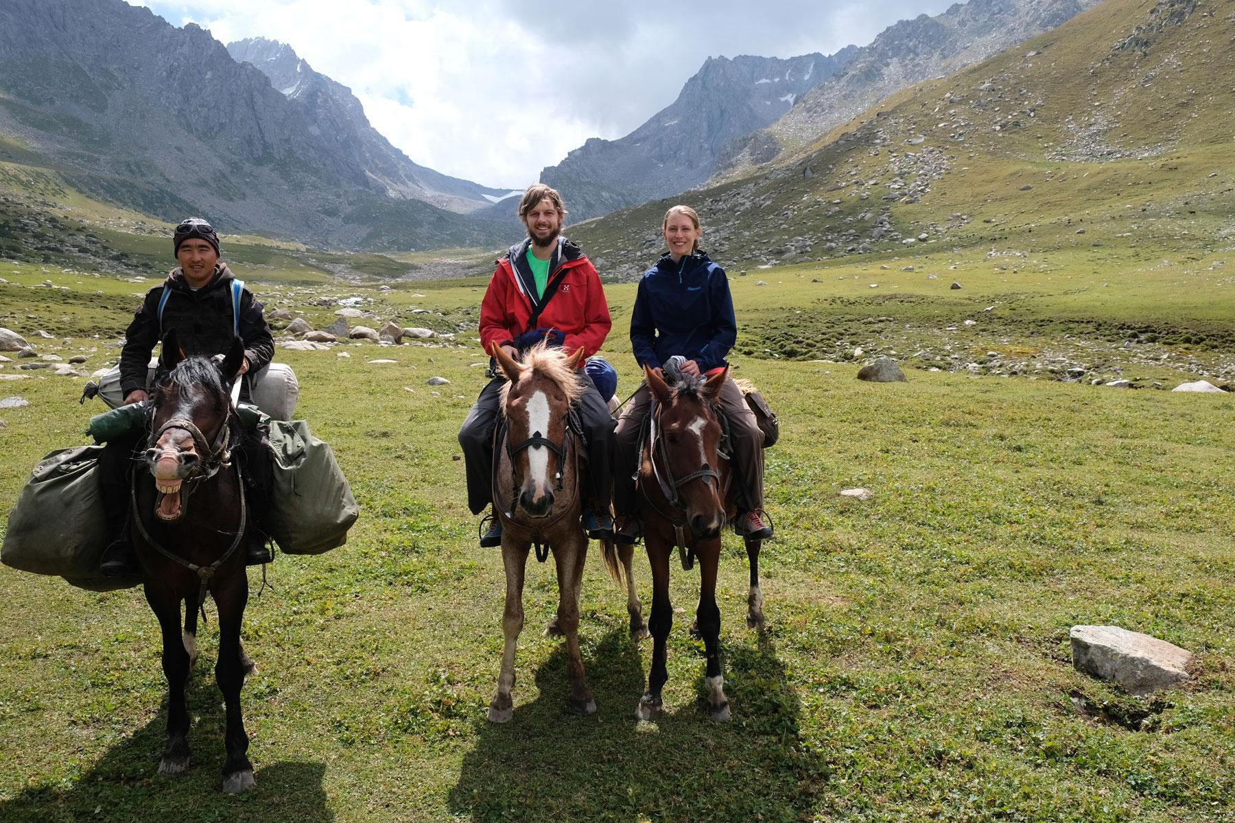 Ihm verdanken wir auch dieses Gruppenfoto (man beachte Mikas Pferd, das für diesen Anlass sein schönstes Lächeln aufsetzt :-) )