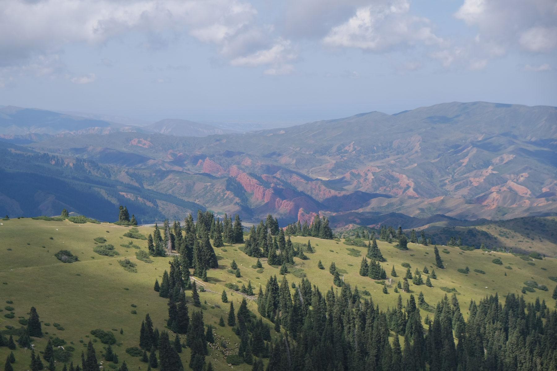 Auf dem Weg Richtung Übernachtungsplatz Nr. 2 geht es vorbei an rot leuchtenden Felsen zurück ins Tal
